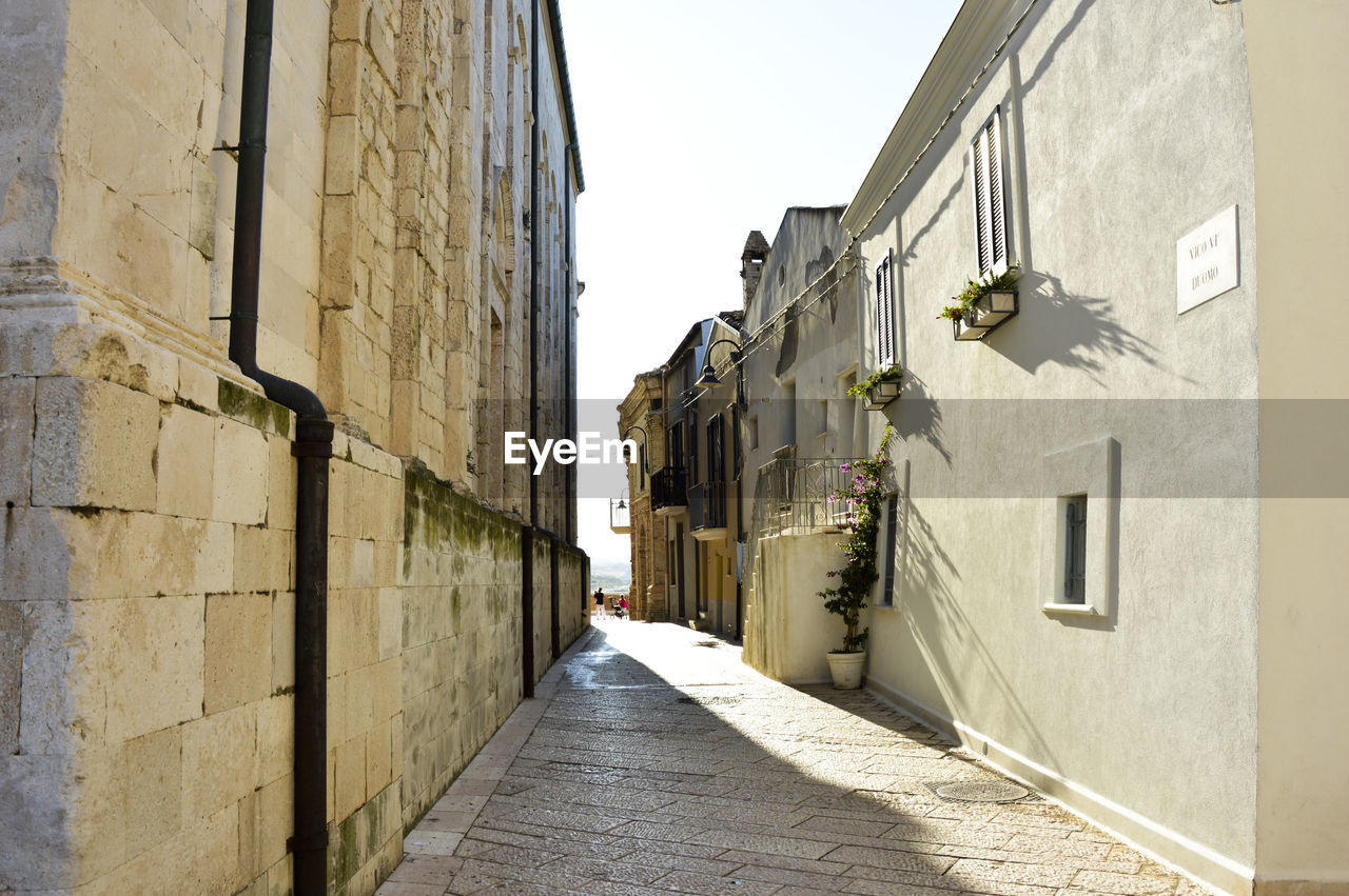 building exterior, architecture, built structure, the way forward, residential building, day, alley, outdoors, no people, sky