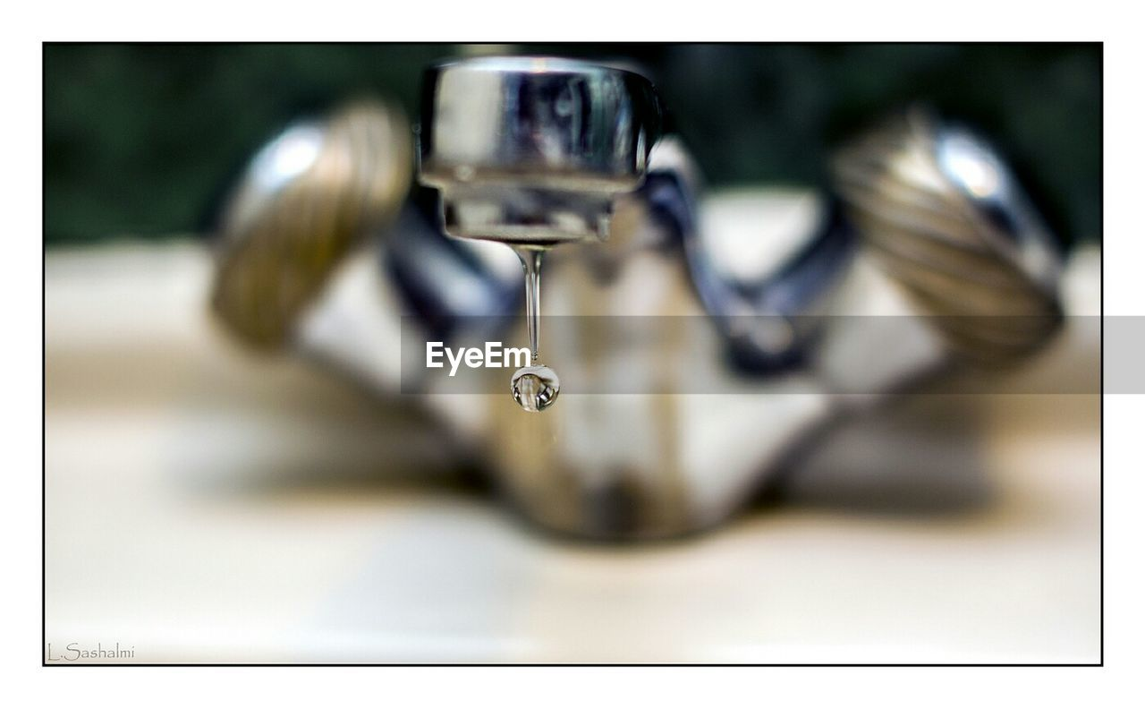 close-up, no people, indoors, focus on foreground, selective focus, faucet, motion, day, dripping