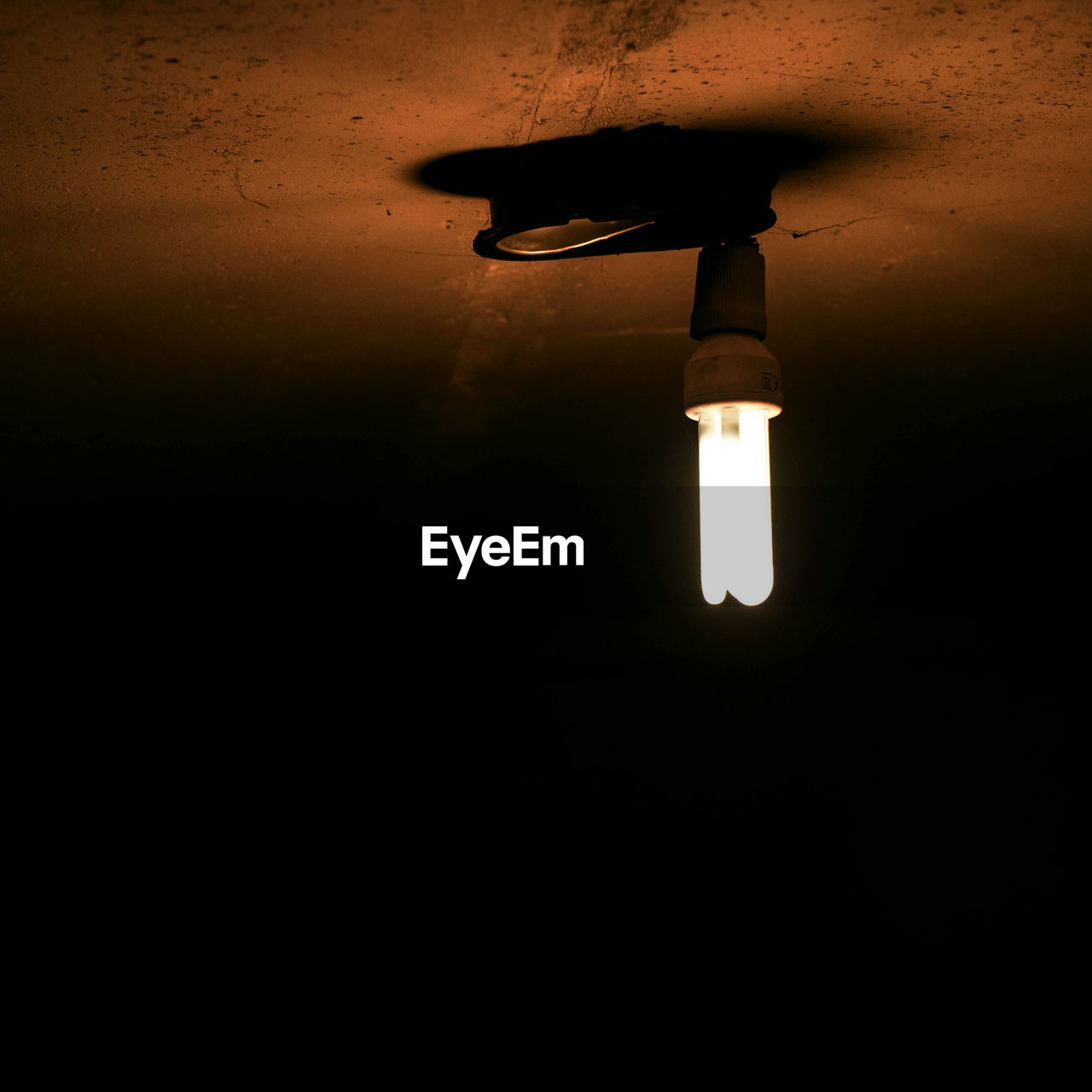 electricity, lighting equipment, illuminated, low angle view, light bulb, indoors, light, no people, electric lamp, dark, copy space, electric light, glowing, night, domestic room, technology, ceiling, wall - building feature, darkroom, light - natural phenomenon, light fixture