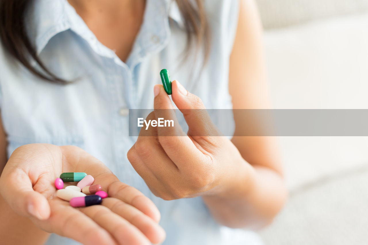 medicine, healthcare and medicine, human hand, pill, dose, holding, hand, women, capsule, adult, human body part, illness, real people, medical condition, midsection, lifestyles, people, indoors, focus on foreground, prescription medicine, care, finger, nail
