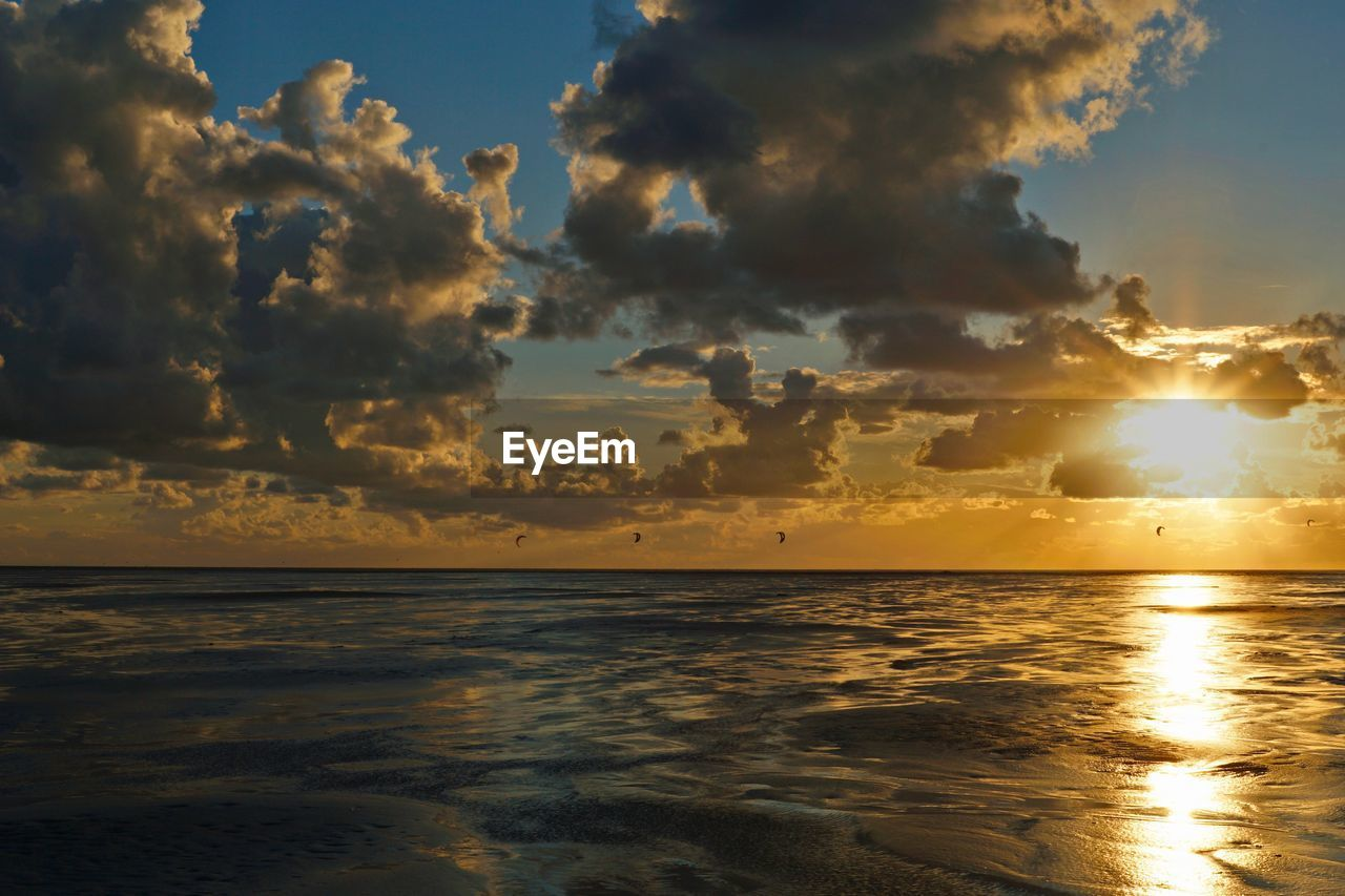 sky, water, cloud - sky, beauty in nature, scenics - nature, sea, sunset, tranquility, tranquil scene, horizon over water, horizon, sun, sunlight, idyllic, nature, reflection, no people, orange color, beach, outdoors