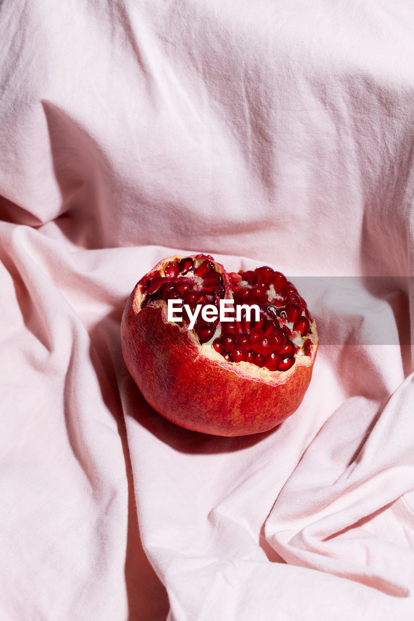 HIGH ANGLE VIEW OF STRAWBERRY ON BED IN BEDROOM