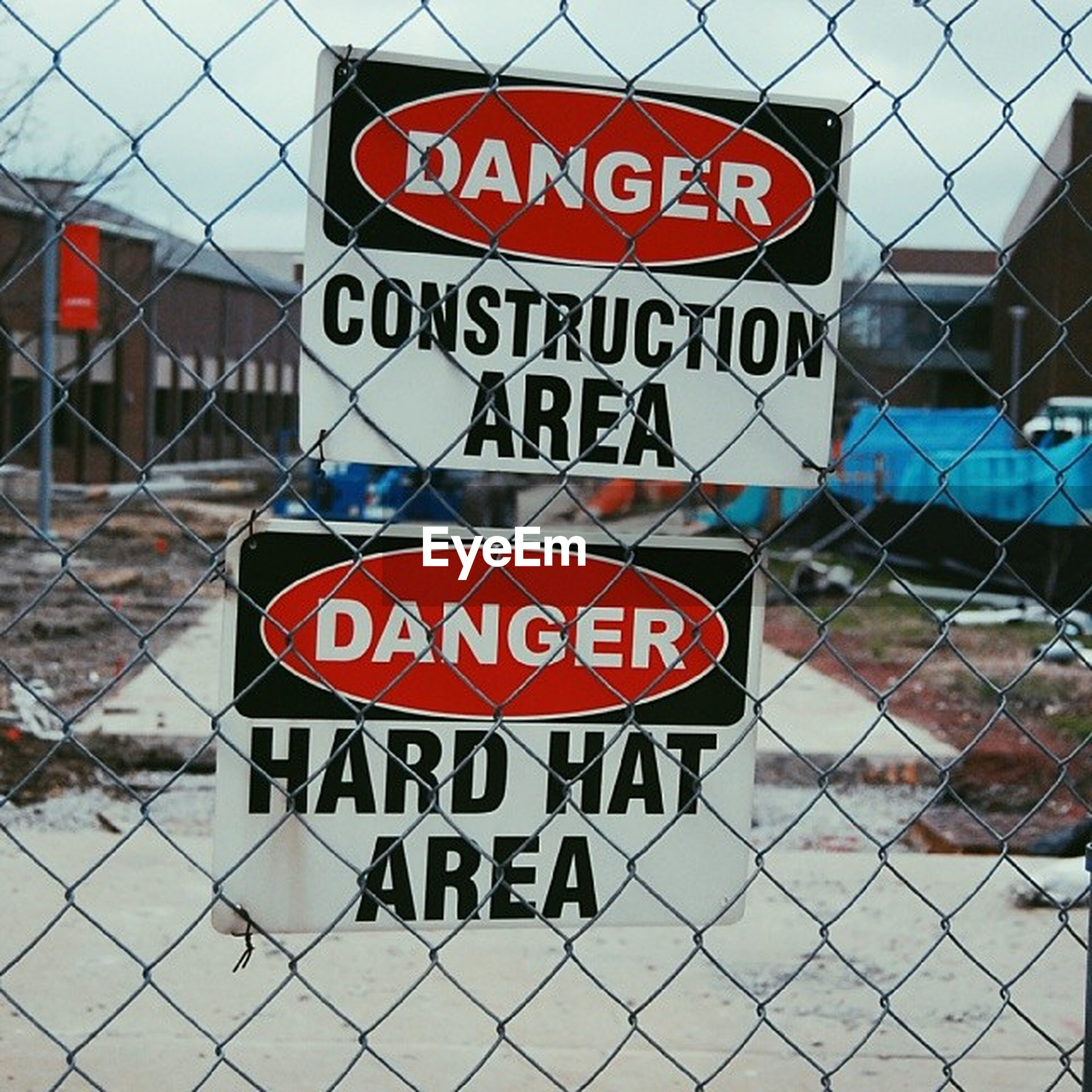 text, western script, communication, chainlink fence, information sign, capital letter, information, warning sign, non-western script, safety, fence, sign, built structure, pattern, protection, architecture, metal, day, security, guidance