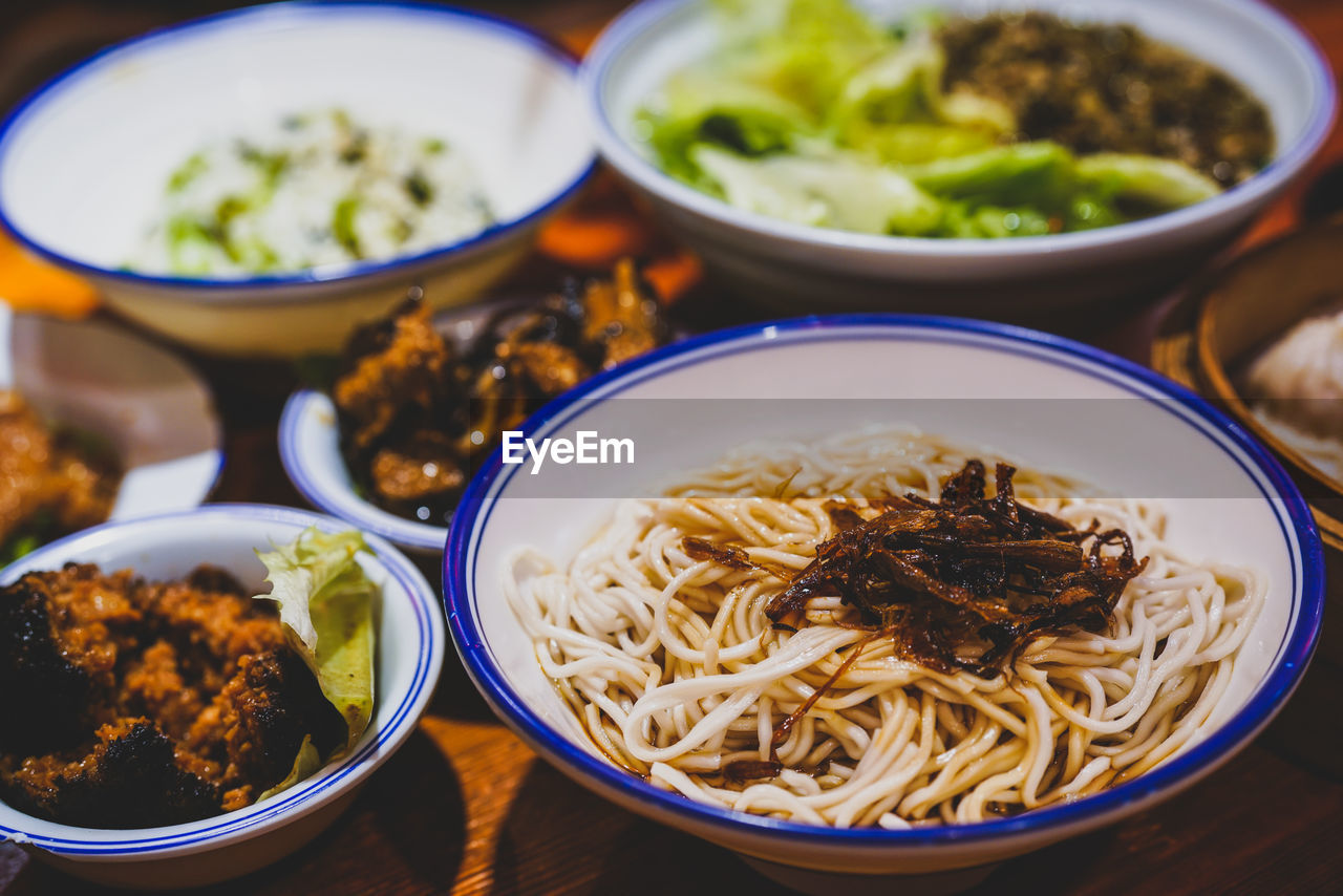 food, food and drink, bowl, ready-to-eat, freshness, table, pasta, italian food, wellbeing, healthy eating, still life, serving size, no people, indoors, close-up, asian food, meal, indulgence, vegetable, high angle view, spaghetti, japanese food, korean food, temptation