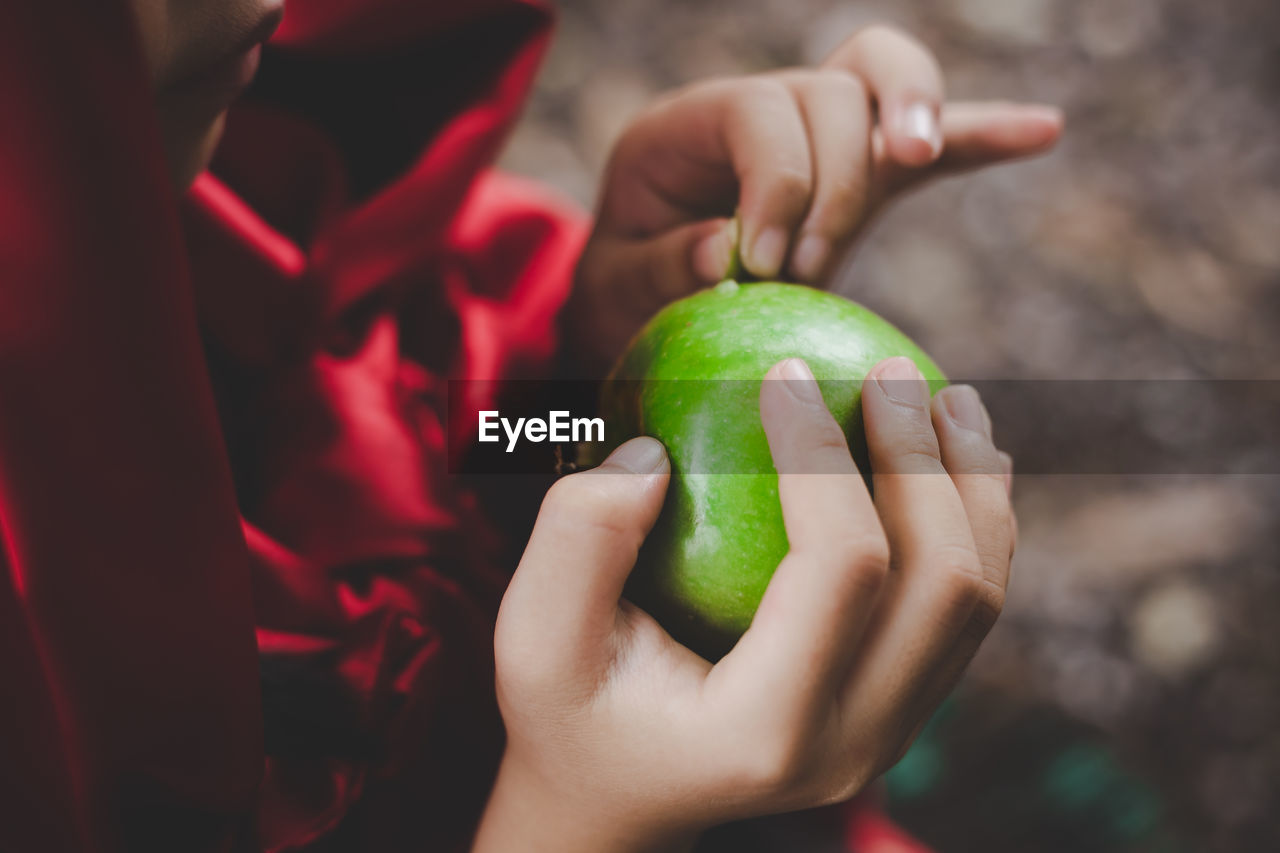 human hand, real people, hand, holding, food and drink, healthy eating, food, fruit, green color, focus on foreground, human body part, lifestyles, one person, child, wellbeing, freshness, childhood, women, leisure activity, finger