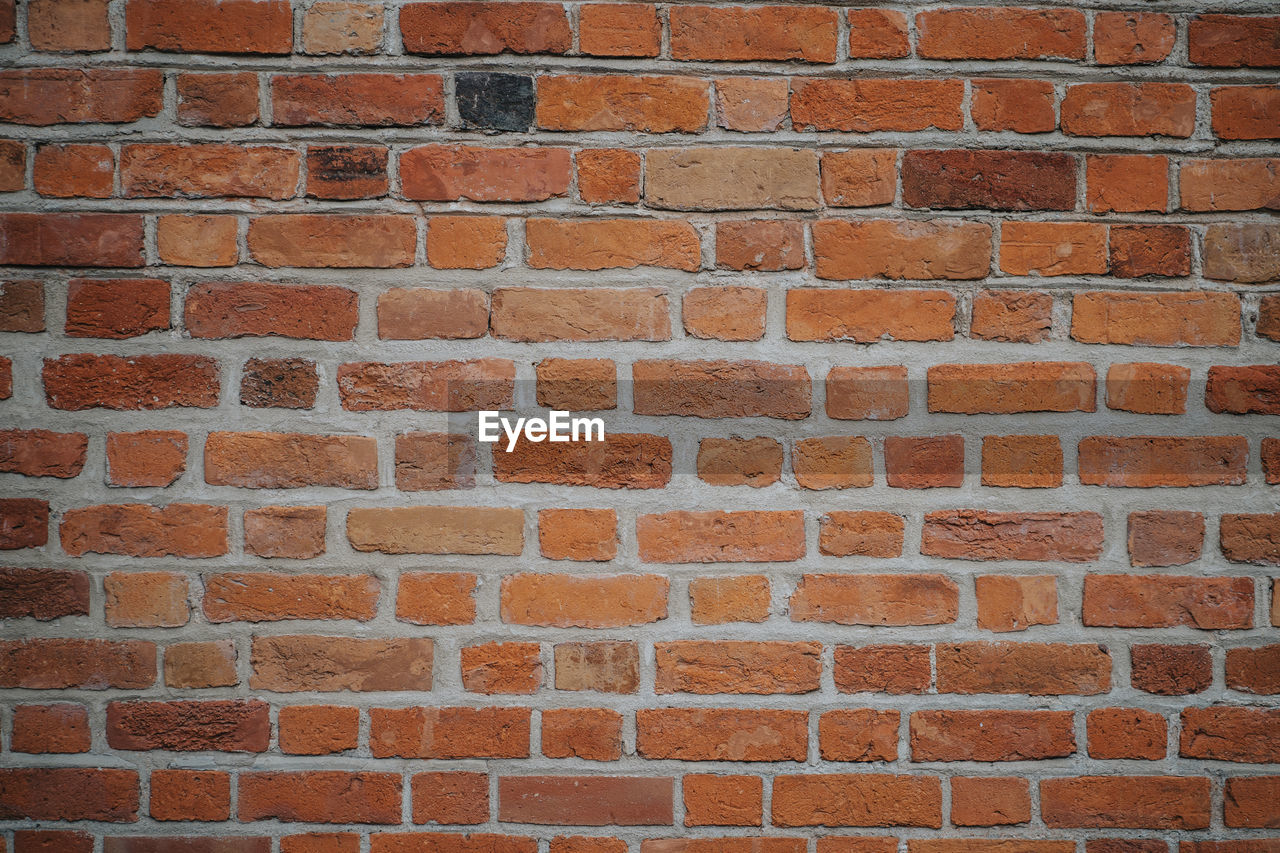 FULL FRAME SHOT OF BRICK WALL AGAINST STONE WALLS