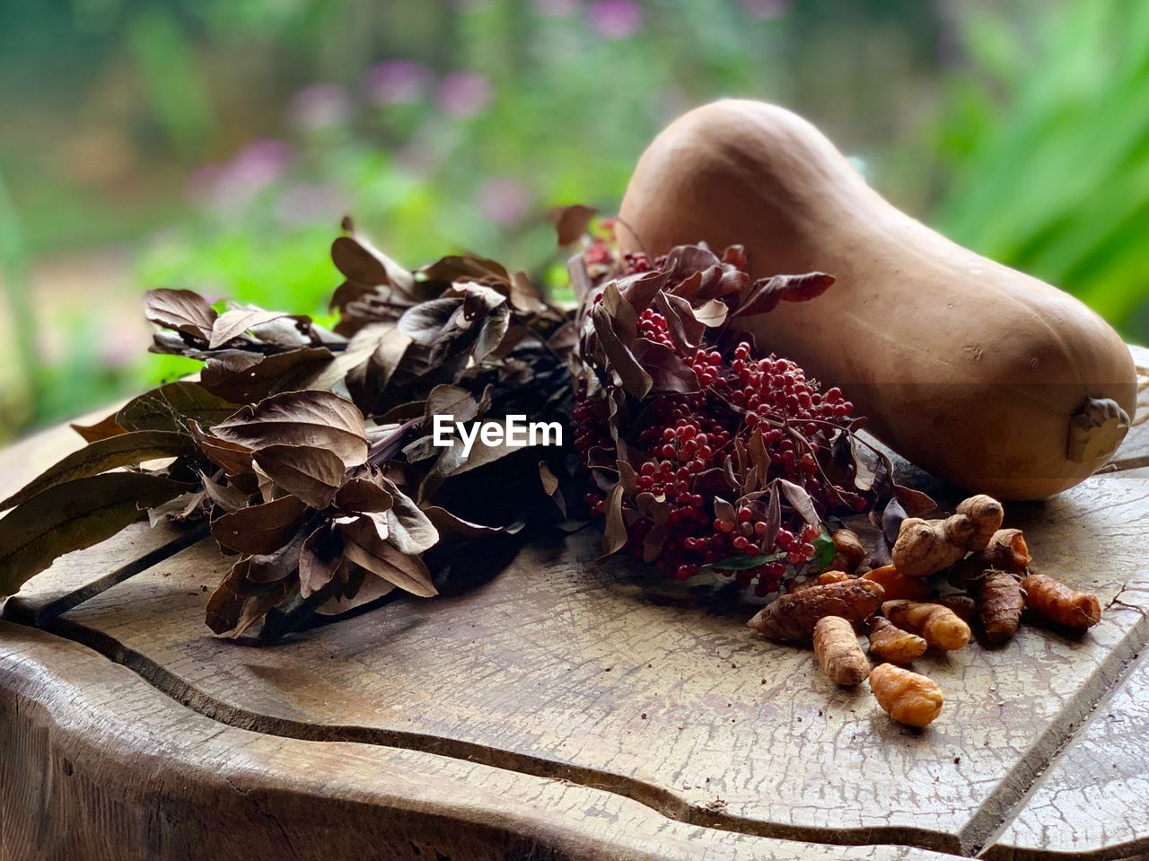 food and drink, food, freshness, close-up, healthy eating, table, wellbeing, focus on foreground, no people, dry, nut, nature, still life, day, plant part, nut - food, leaf, brown, plant, fruit, leaves, dried