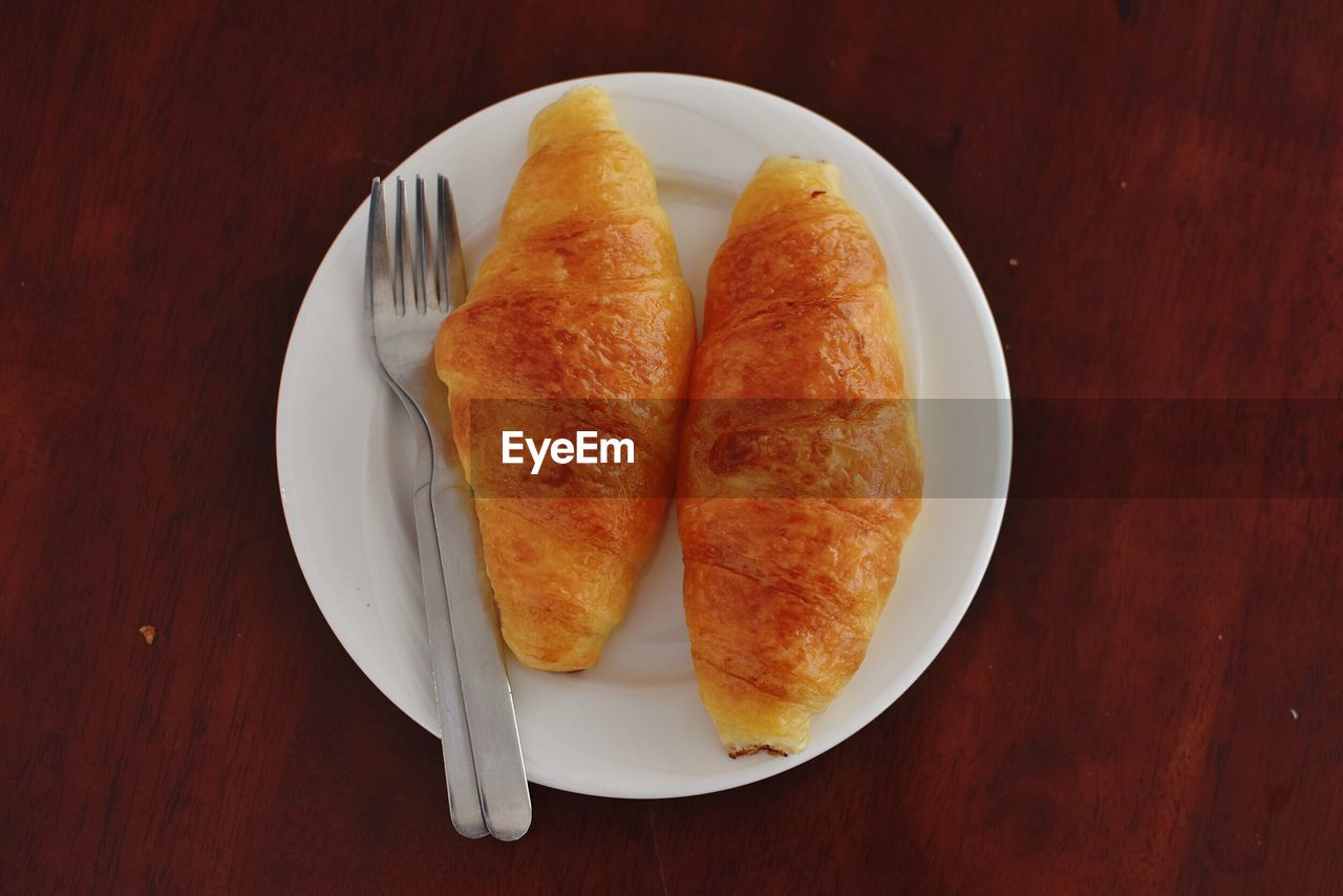 HIGH ANGLE VIEW OF BREAD ON PLATE