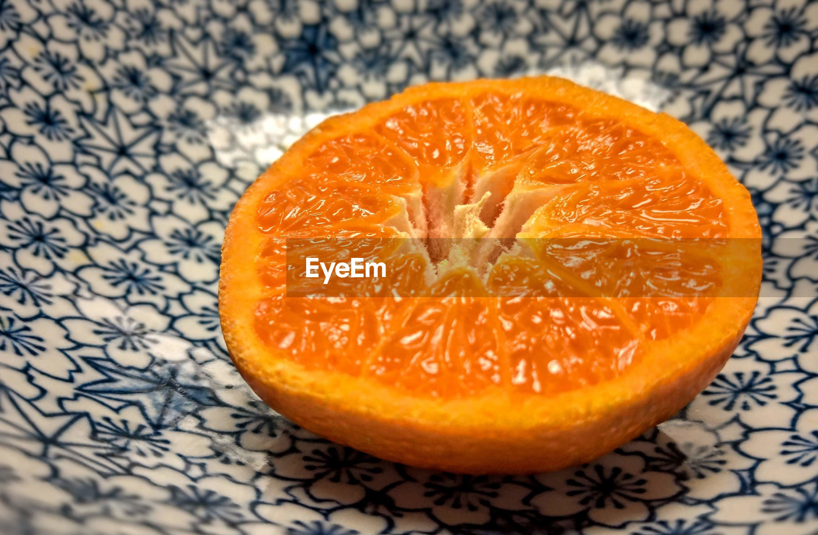 HIGH ANGLE VIEW OF ORANGE SLICE AGAINST WHITE BACKGROUND