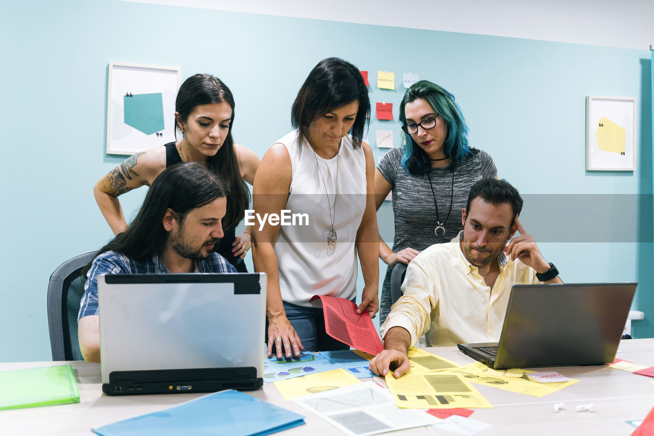 GROUP OF PEOPLE WORKING IN LAPTOP