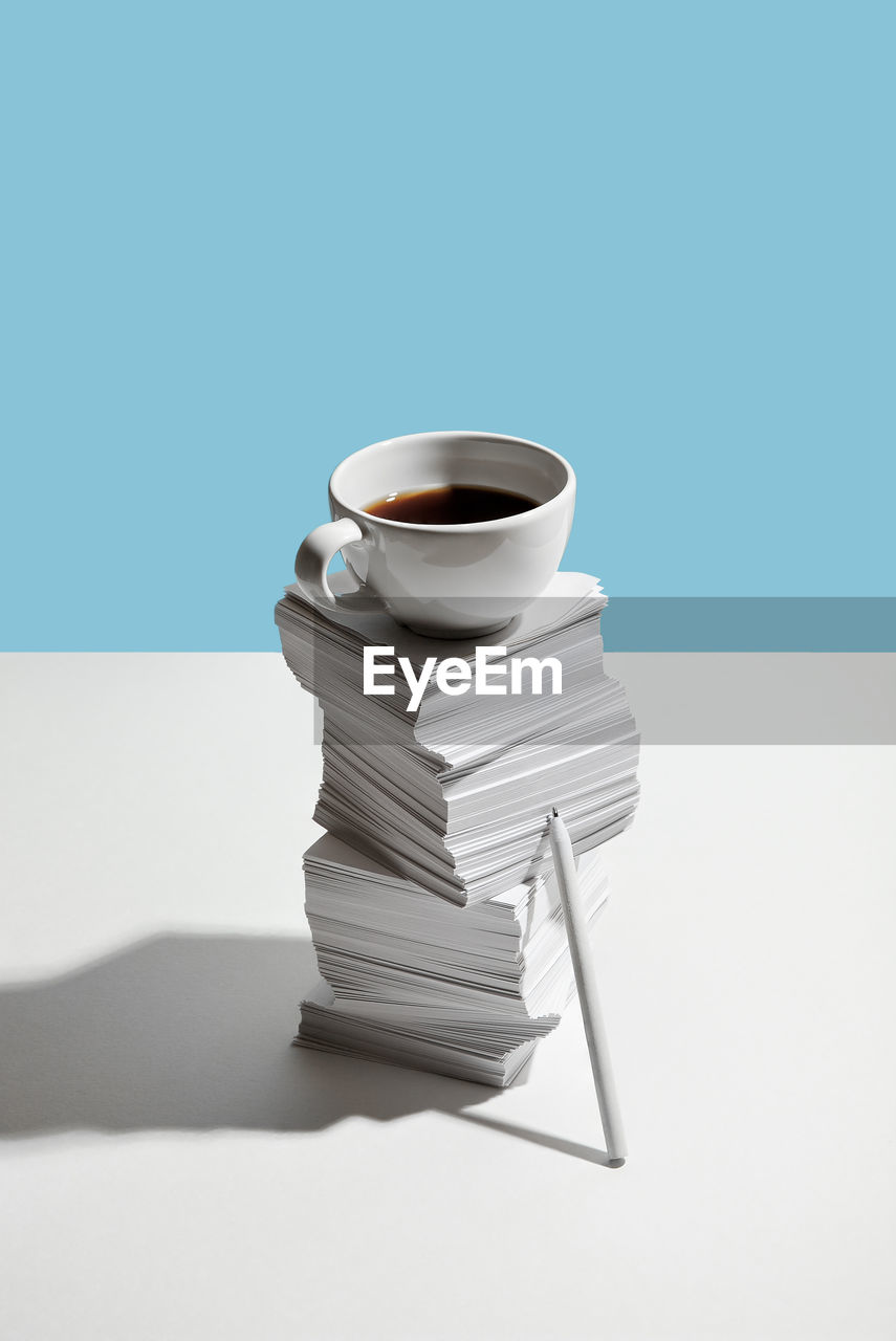 STACK OF COFFEE CUP ON TABLE