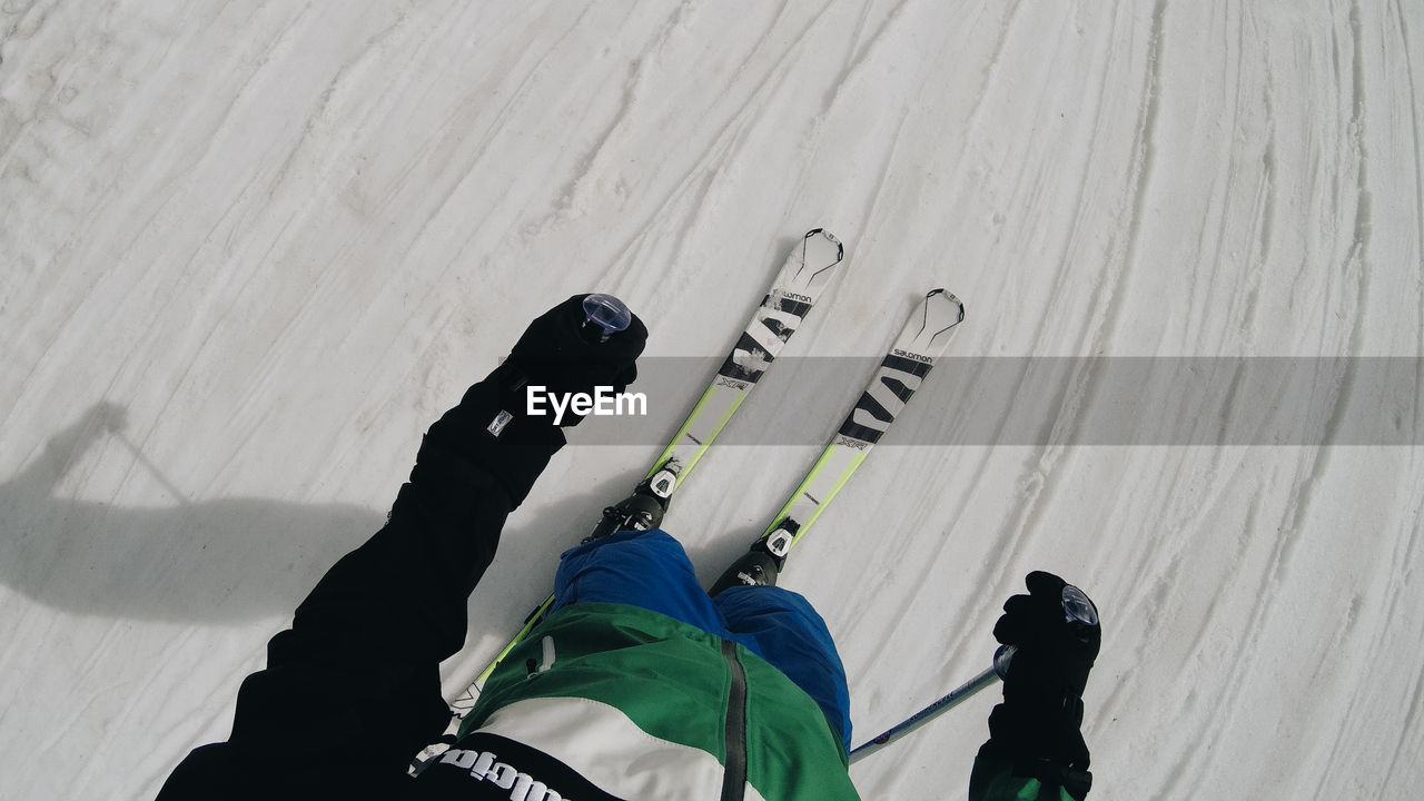 real people, lifestyles, leisure activity, people, high angle view, sport, winter sport, snow, day, cold temperature, nature, skiing, winter, men, mountain, adventure, shadow, vacations, warm clothing
