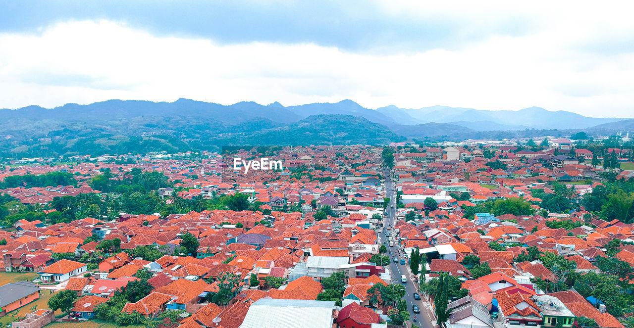 HIGH ANGLE VIEW OF TOWNSCAPE AND HOUSES AGAINST SKY