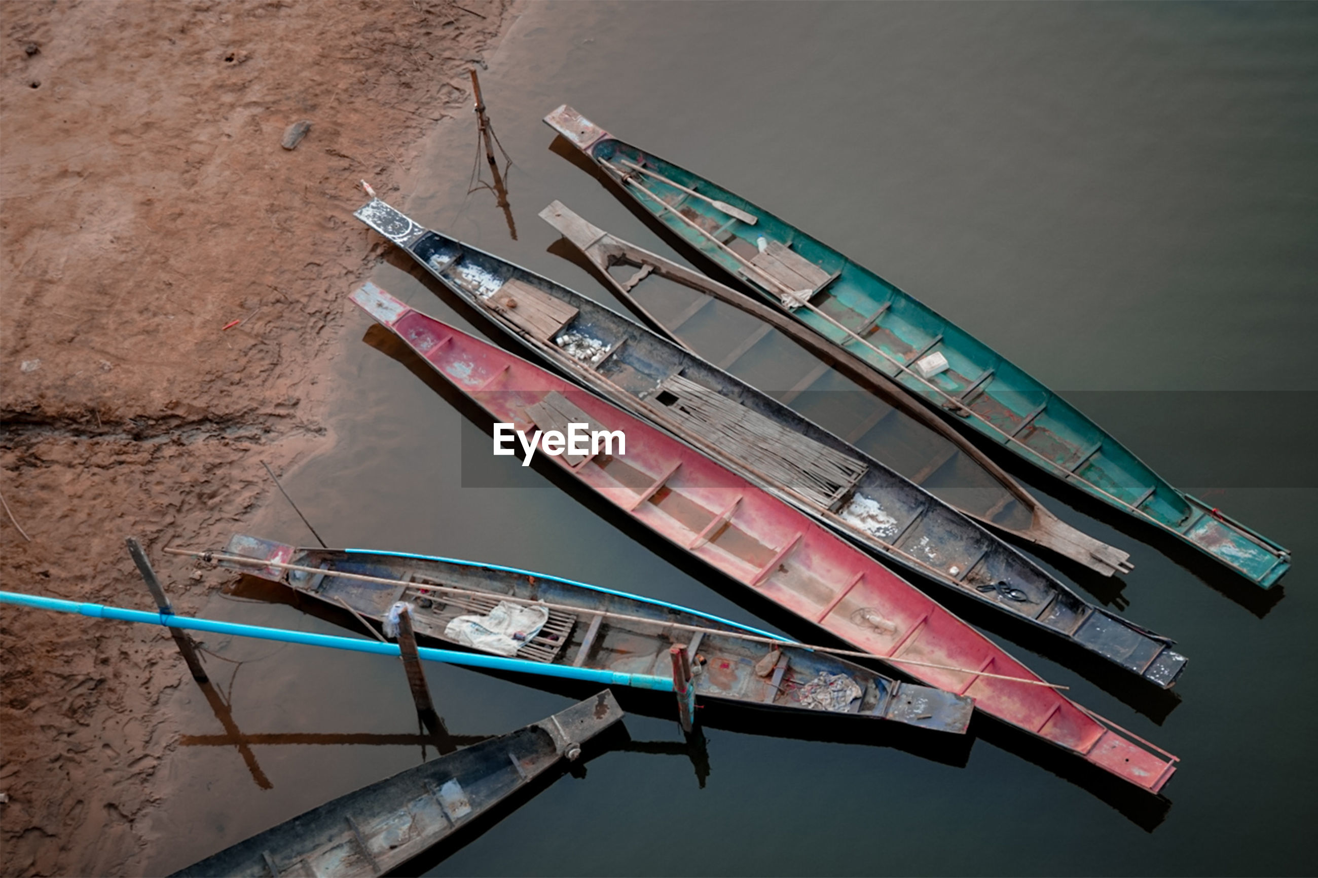 HIGH ANGLE VIEW OF OLD BOAT MOORED IN LAKE