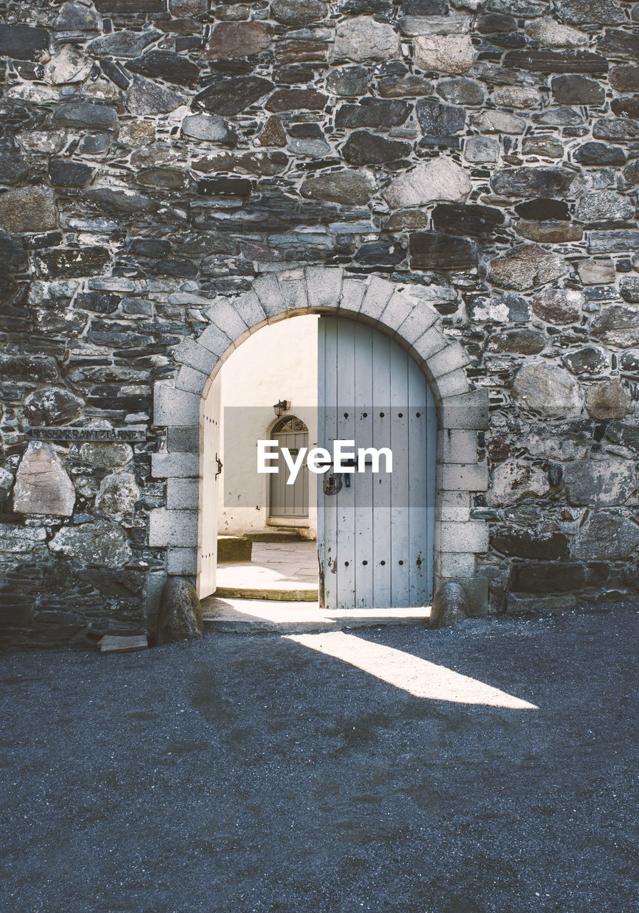 architecture, arch, building, entrance, door, built structure, building exterior, no people, the past, history, day, wall - building feature, old, wall, stone wall, direction, outdoors, nature, doorway, gate