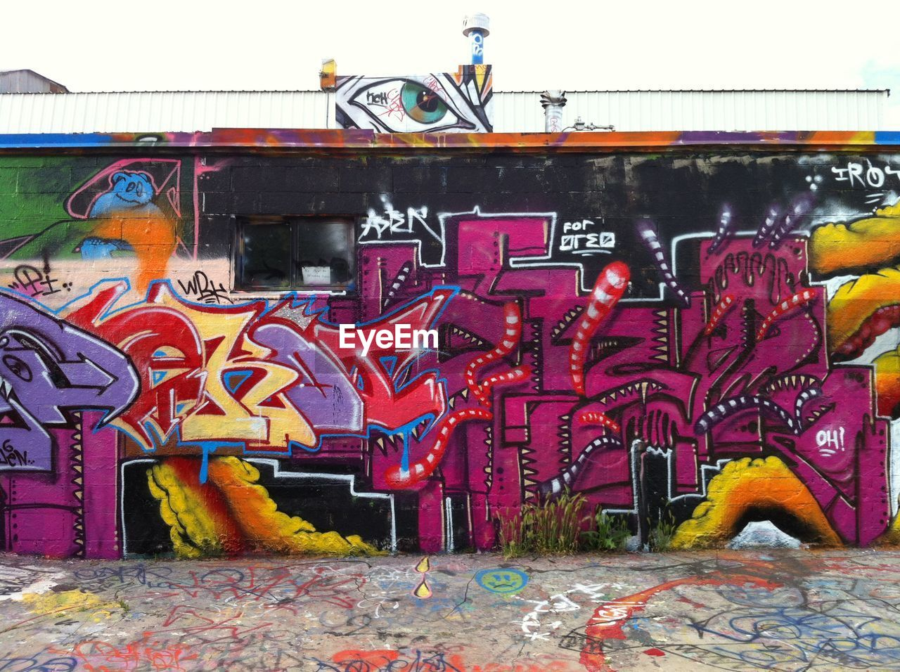 graffiti, text, built structure, multi colored, day, no people, architecture, outdoors, building exterior, close-up, sky