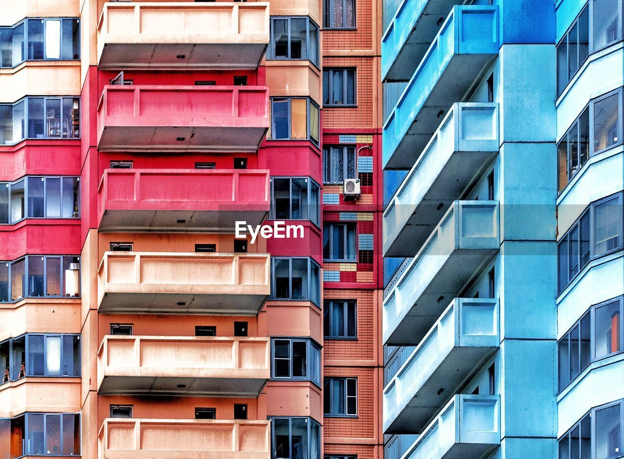 building exterior, built structure, architecture, building, window, low angle view, full frame, residential district, apartment, no people, day, backgrounds, balcony, pattern, city, modern, repetition, outdoors, glass - material, in a row
