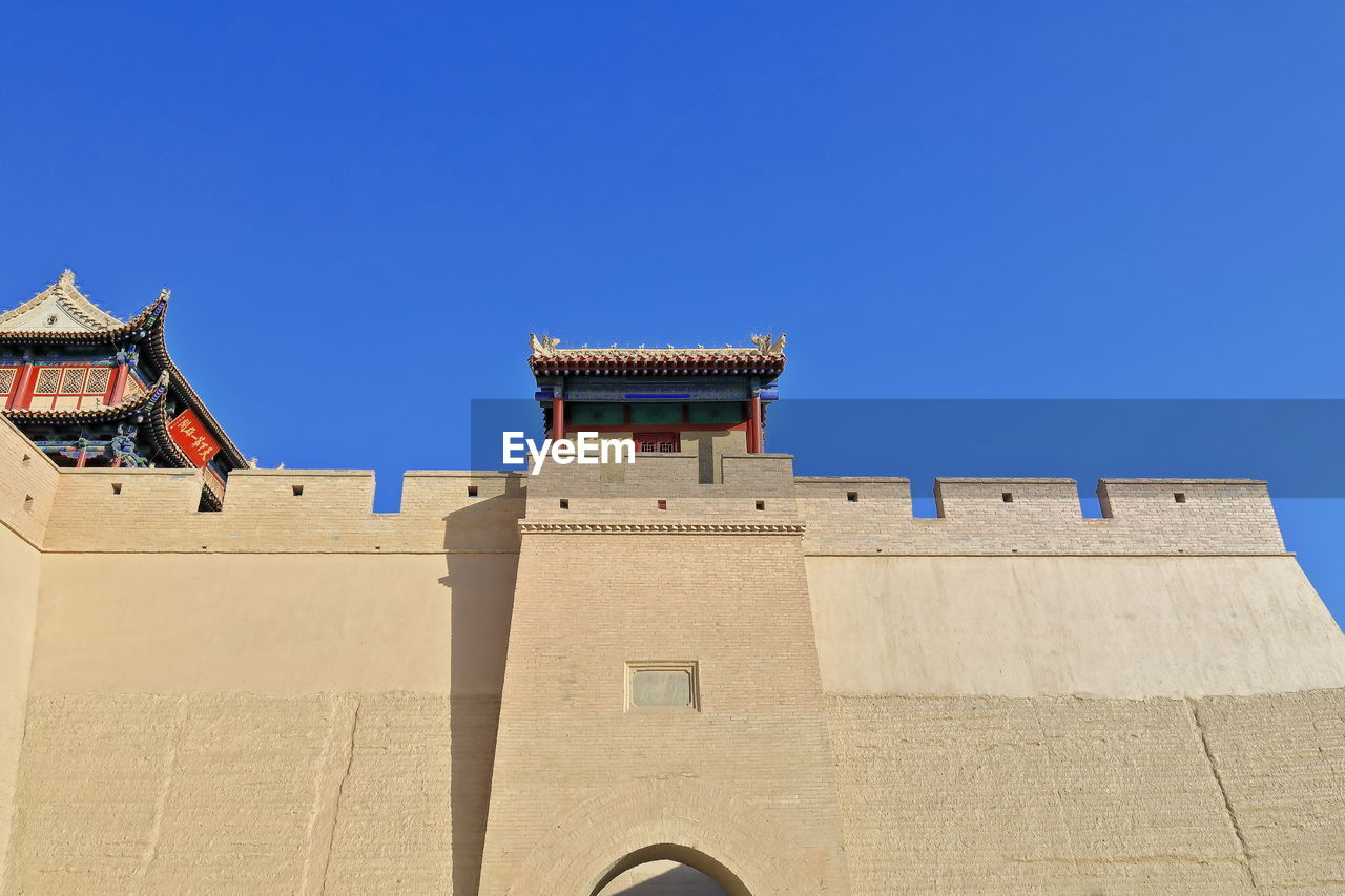LOW ANGLE VIEW OF HISTORIC BUILDING AGAINST CLEAR SKY