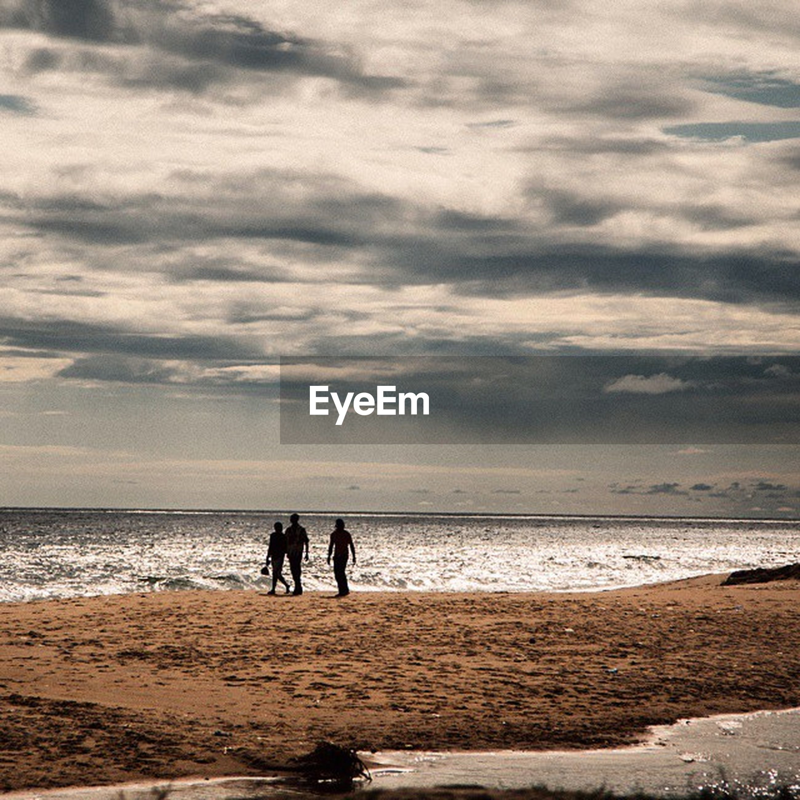 sea, beach, horizon over water, water, shore, sky, silhouette, men, lifestyles, togetherness, leisure activity, sand, scenics, beauty in nature, vacations, walking, tranquil scene, cloud - sky