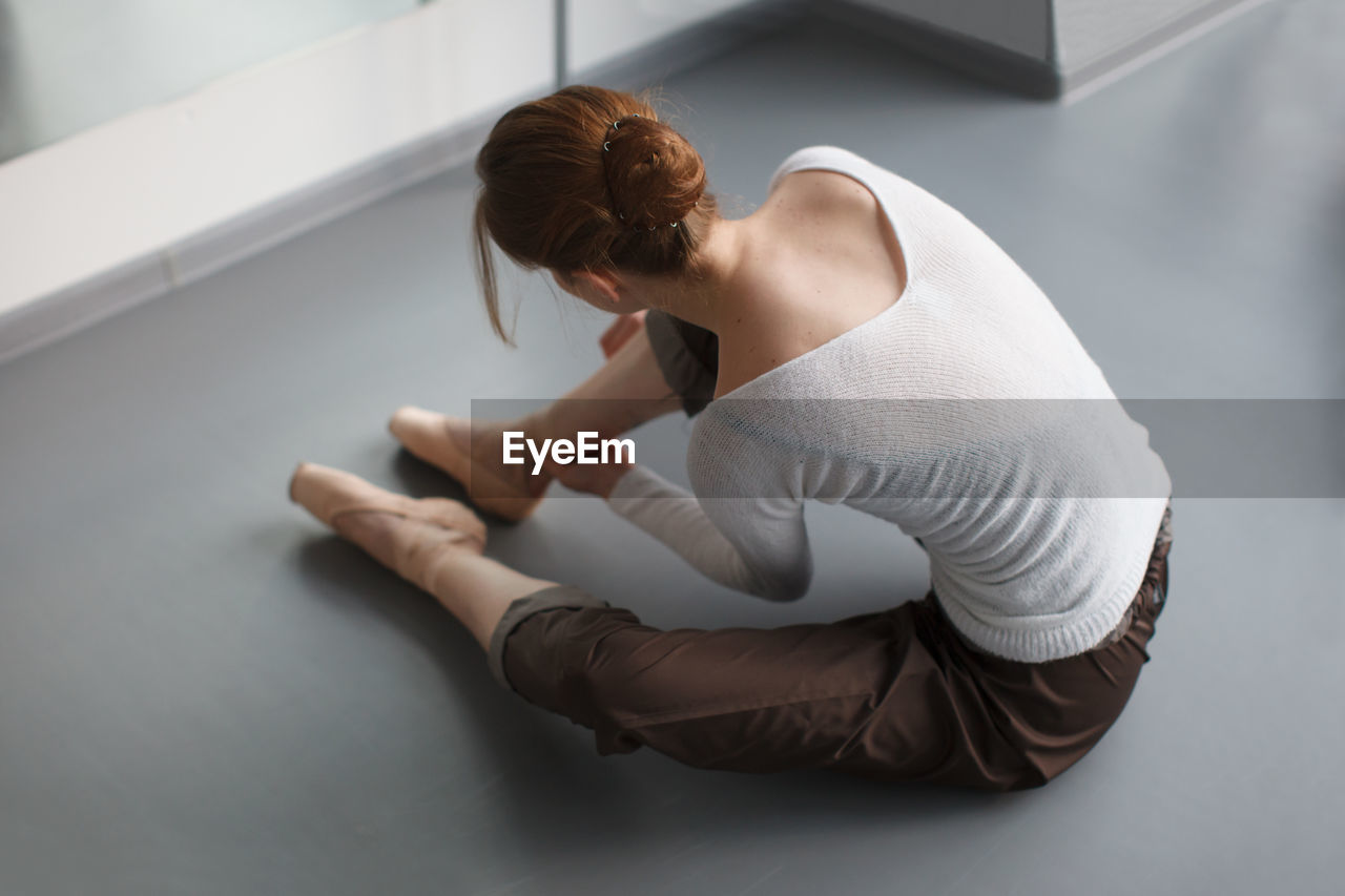 HIGH ANGLE VIEW OF WOMAN DANCING AGAINST WHITE BACKGROUND