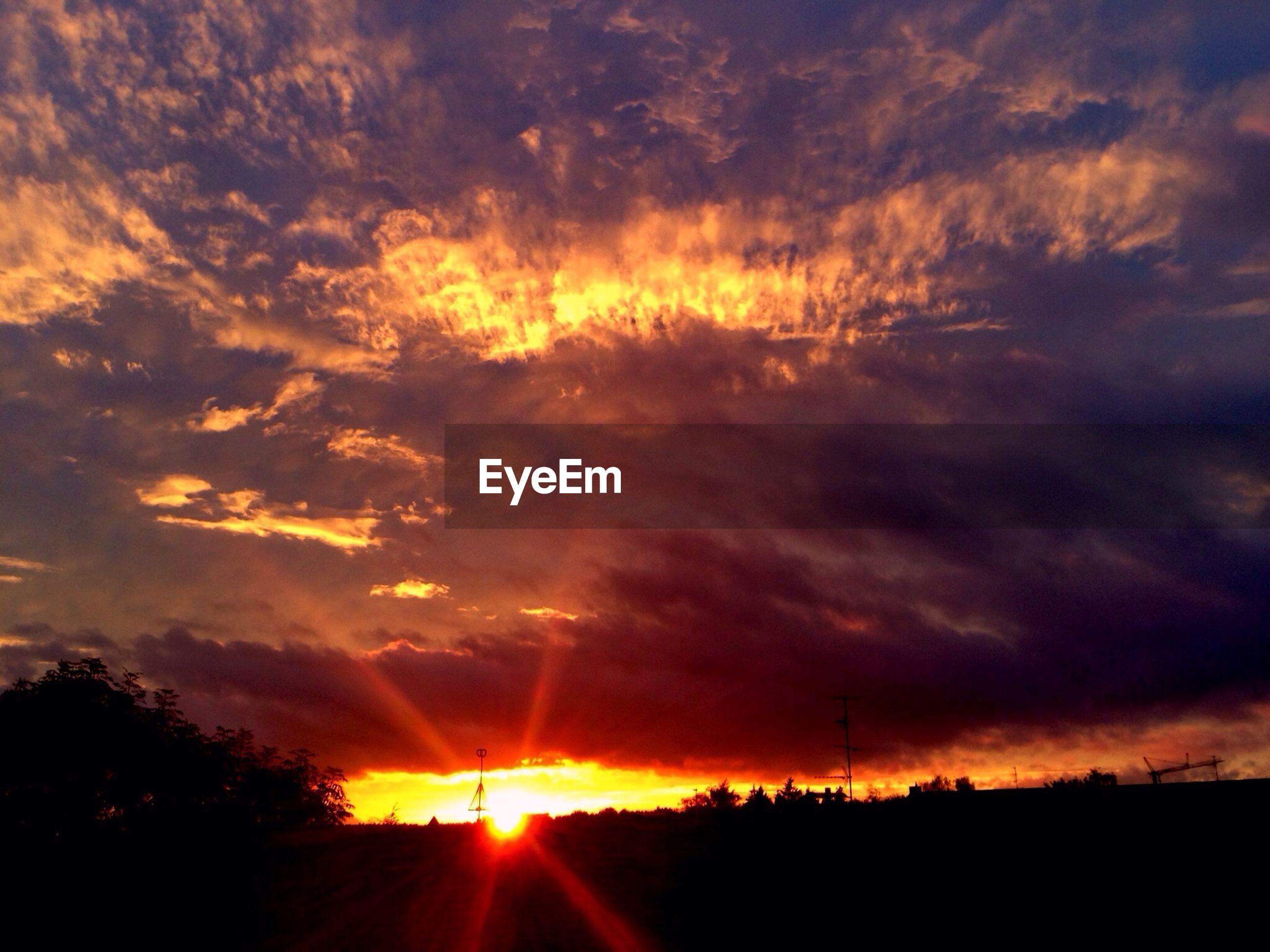 sunset, sun, sky, silhouette, scenics, tranquil scene, orange color, beauty in nature, tranquility, cloud - sky, landscape, sunbeam, nature, sunlight, dramatic sky, idyllic, field, cloud, cloudy, back lit