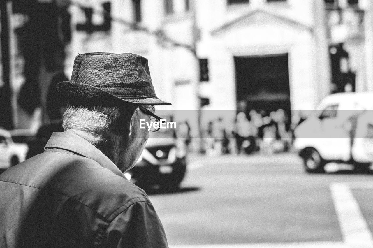 PORTRAIT OF MAN WEARING HAT ON STREET