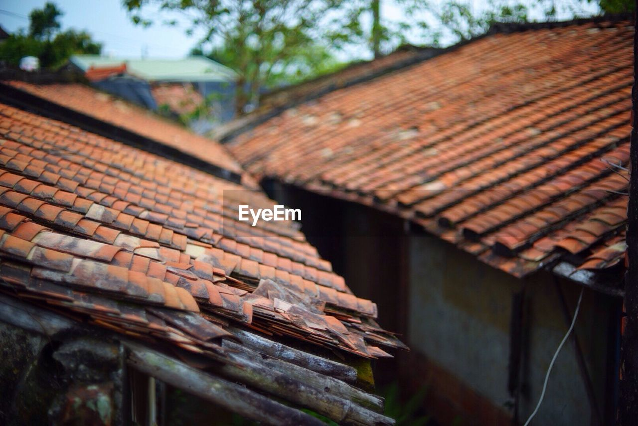 roof, architecture, built structure, roof tile, building, building exterior, house, focus on foreground, day, no people, nature, outdoors, close-up, wood - material, brown, pattern, low angle view, spirituality, residential district, rusty