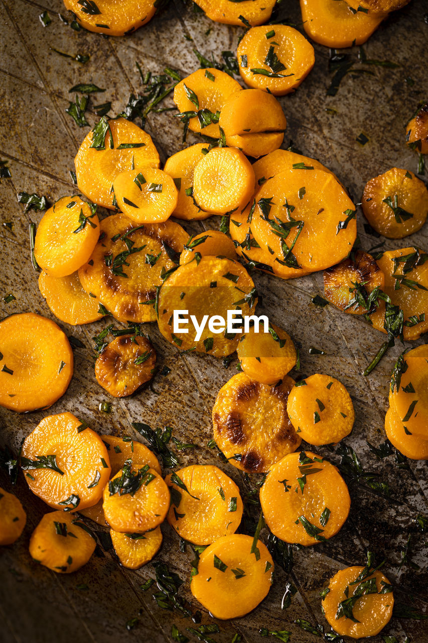 HIGH ANGLE VIEW OF ORANGE FRUITS ON FLOOR