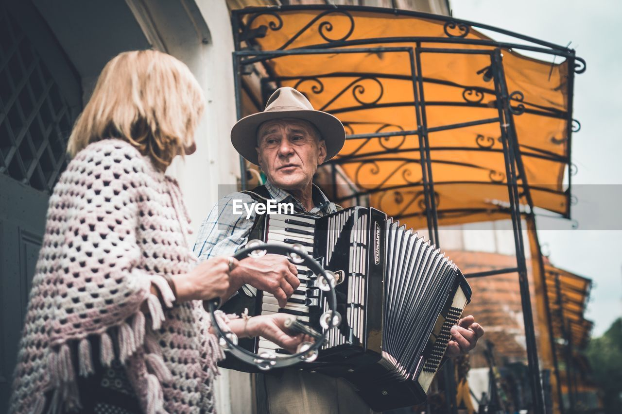 senior adult, senior men, real people, senior women, casual clothing, day, togetherness, two people, holding, outdoors, happiness, lifestyles