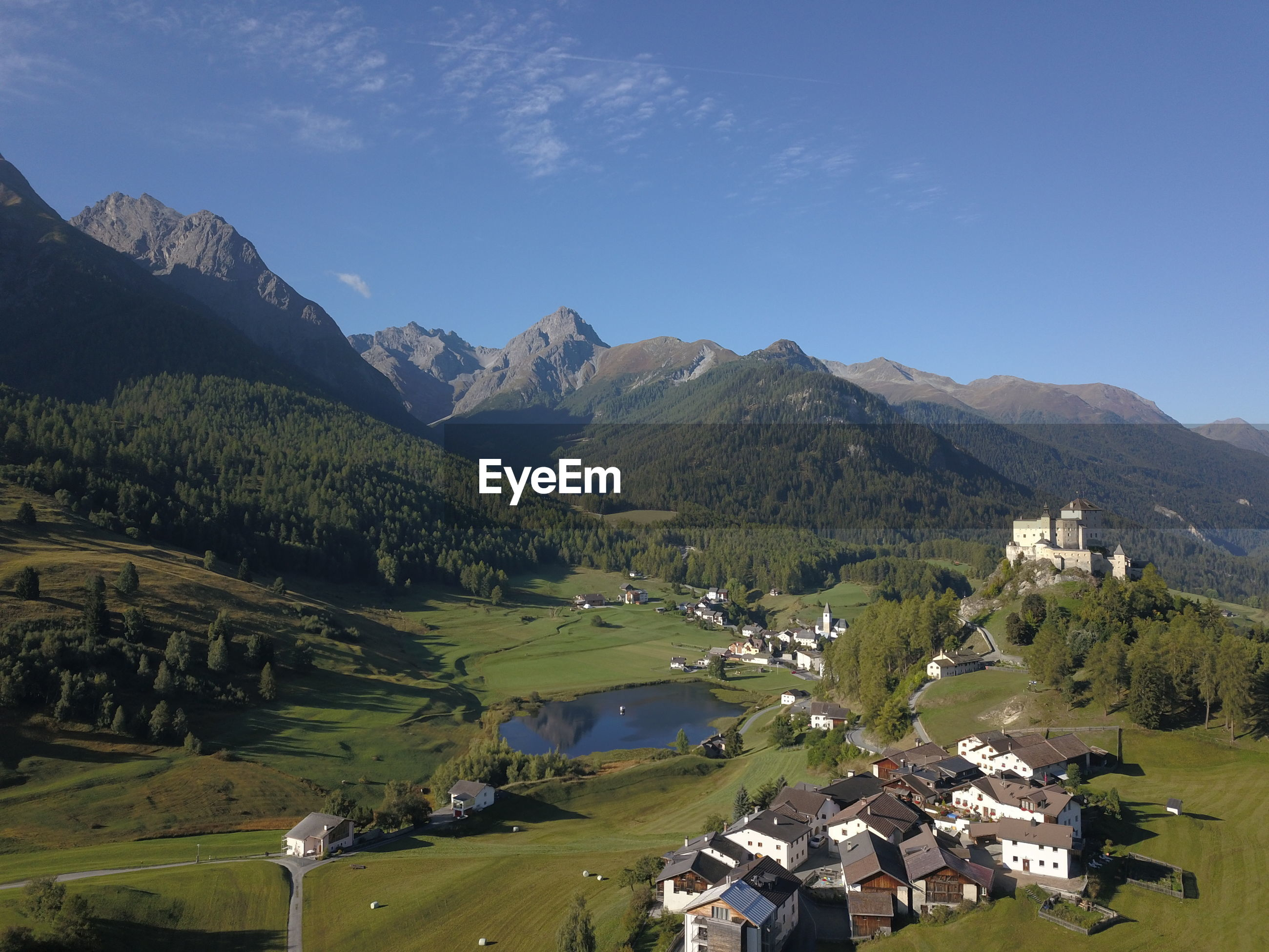 PANORAMIC VIEW OF TOWNSCAPE AGAINST MOUNTAINS