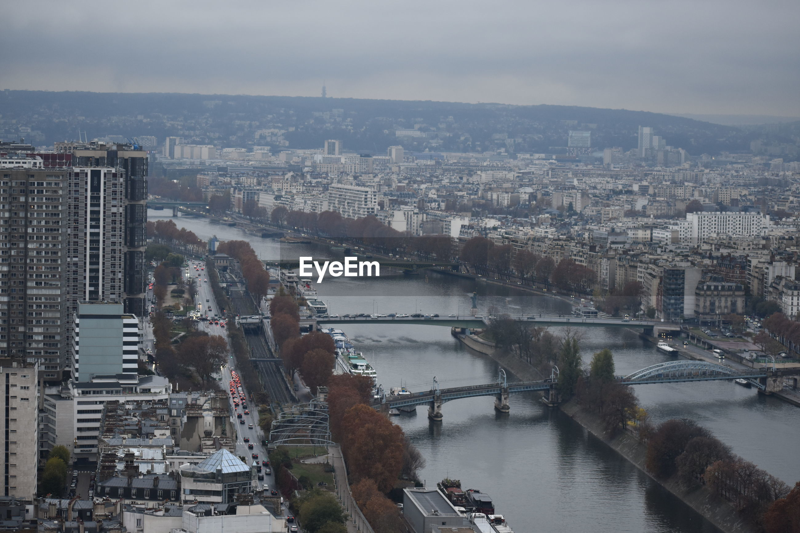 HIGH ANGLE VIEW OF RIVER AND BUILDINGS IN CITY