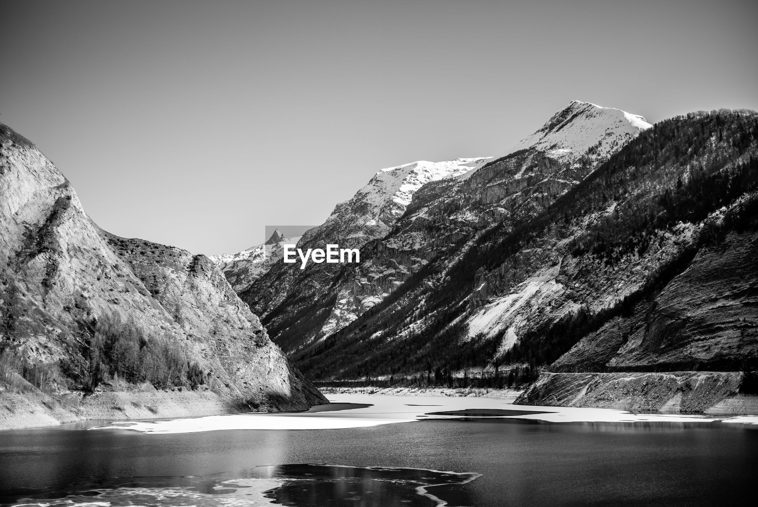 SCENIC VIEW OF LAKE AMIDST MOUNTAINS AGAINST CLEAR SKY