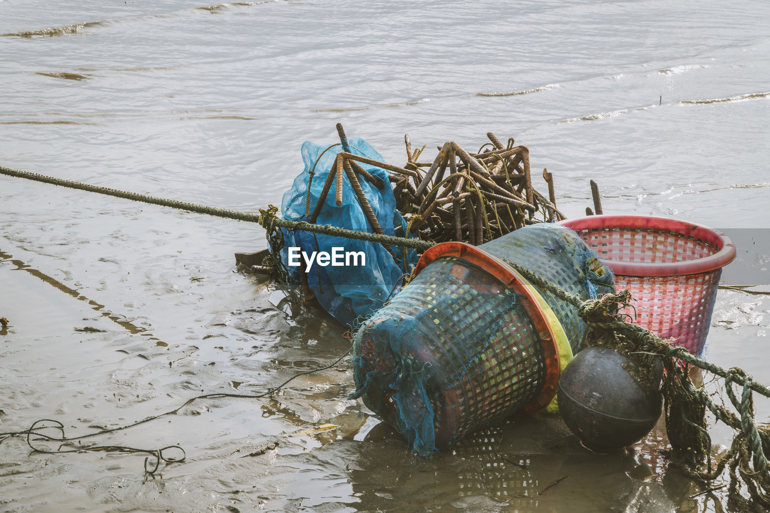HIGH ANGLE VIEW OF FISHING NET ON BOAT
