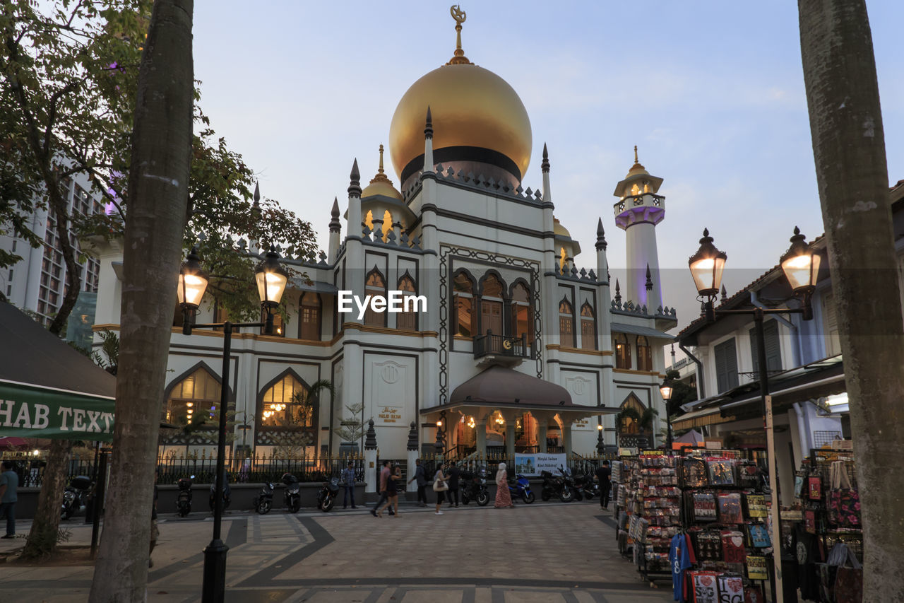 architecture, built structure, building exterior, city, dome, building, place of worship, sky, belief, religion, spirituality, street, incidental people, travel destinations, travel, group of people, tourism, nature
