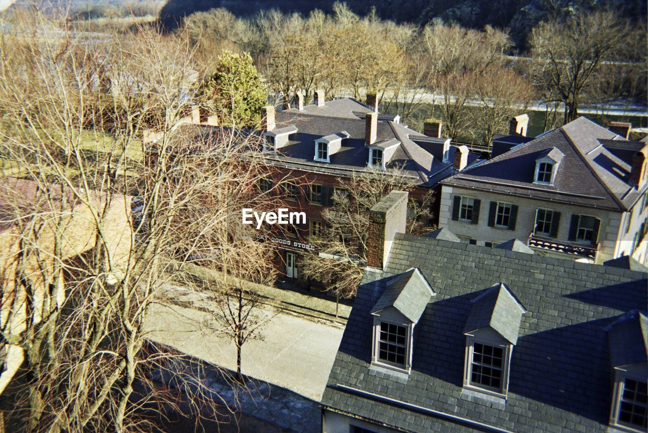 building exterior, architecture, house, built structure, roof, tree, residential building, window, no people, day, outdoors, detached house, town, tiled roof, nature, winter, city, sky