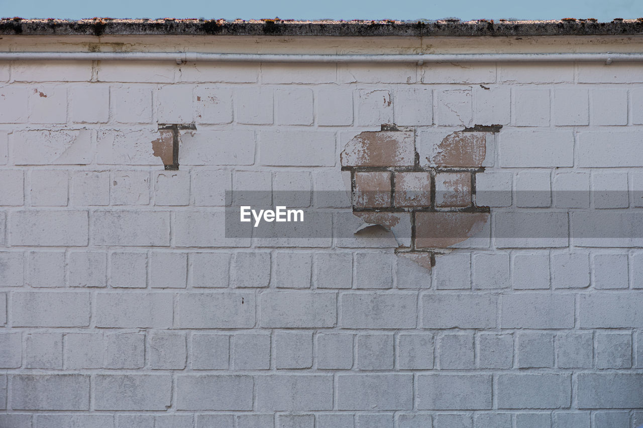 architecture, wall - building feature, built structure, brick wall, brick, wall, old, no people, damaged, day, pattern, textured, building exterior, weathered, full frame, outdoors, abandoned, broken, white color, bad condition