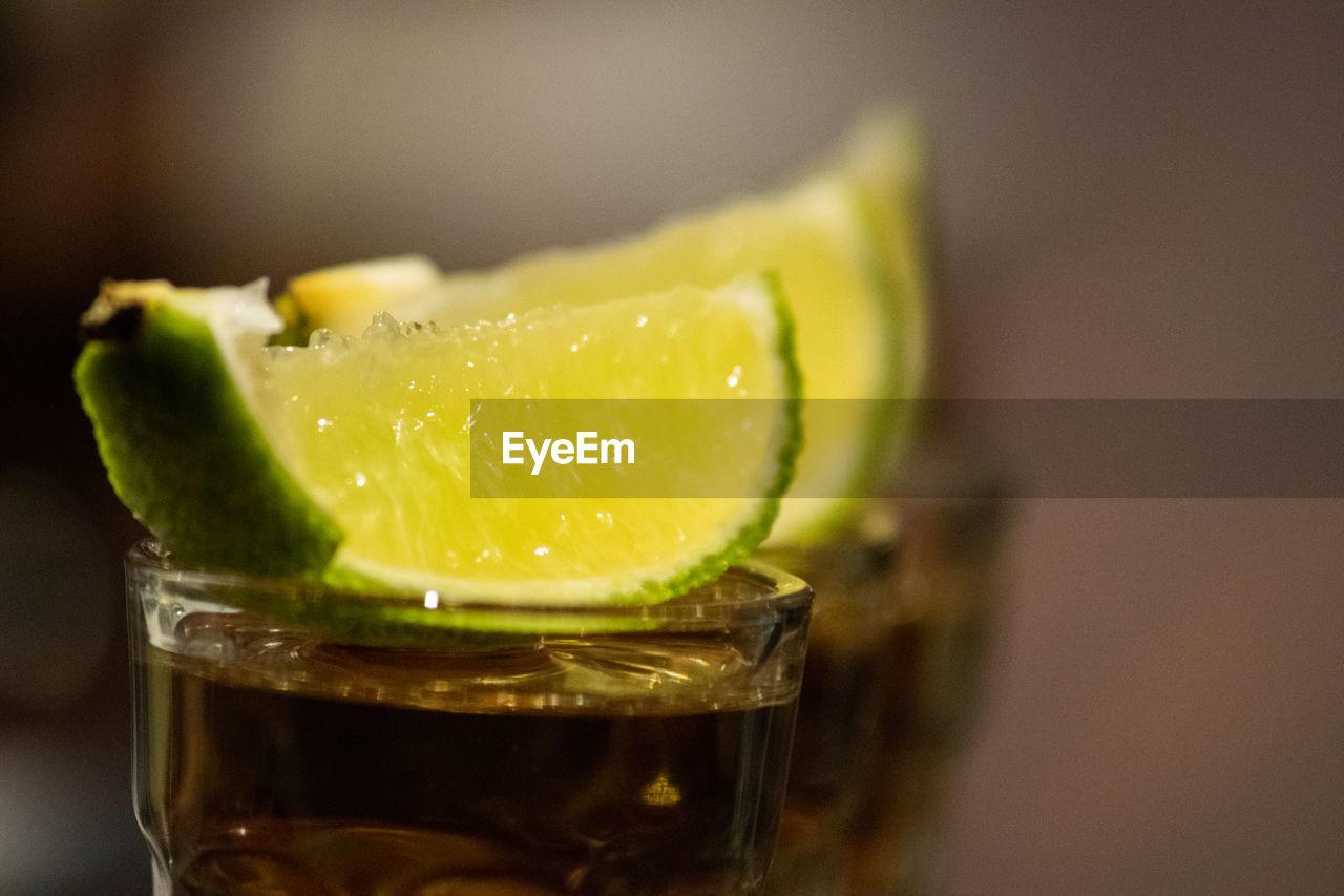 CLOSE-UP OF LEMON SLICE IN GLASS