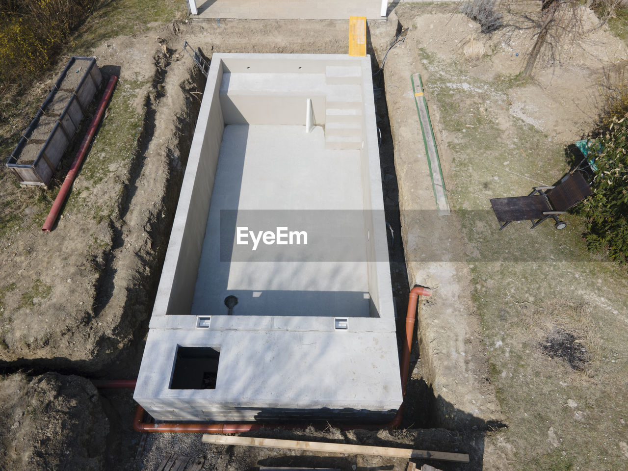 HIGH ANGLE VIEW OF CONSTRUCTION SITE IN WATER
