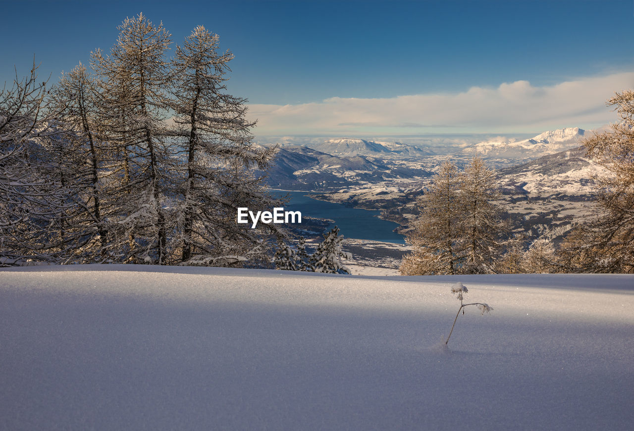 VIEW OF SNOW COVERED LANDSCAPE AGAINST SKY