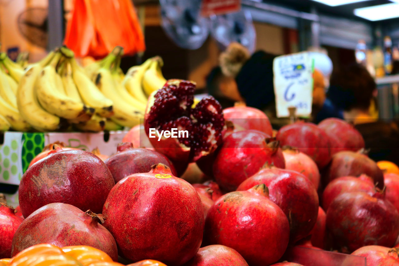food and drink, food, healthy eating, fruit, freshness, market stall, retail, market, wellbeing, for sale, large group of objects, still life, choice, red, variation, business, retail display, close-up, apple - fruit, focus on foreground, sale, no people, apple, ripe