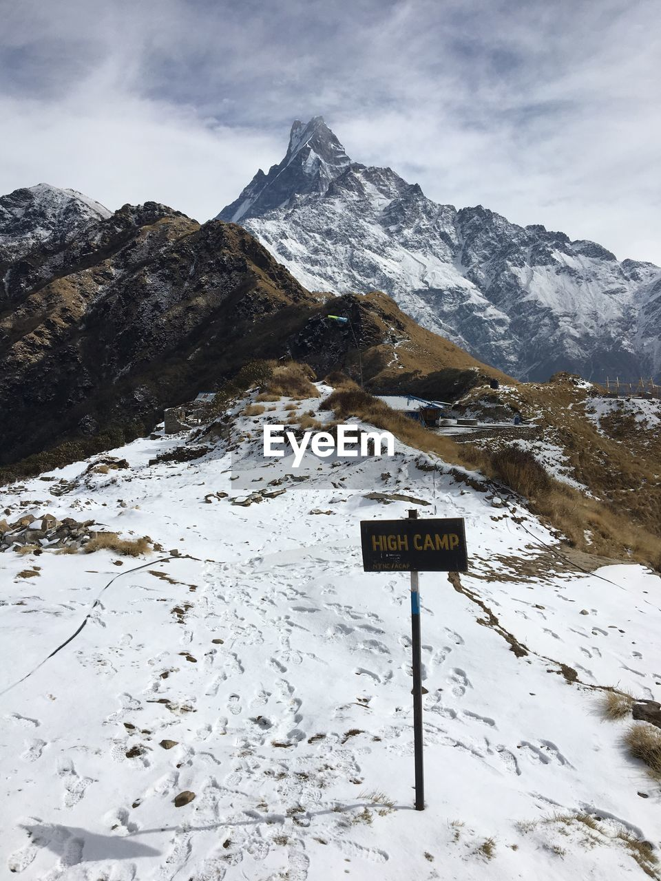 INFORMATION SIGN ON SNOW COVERED MOUNTAIN