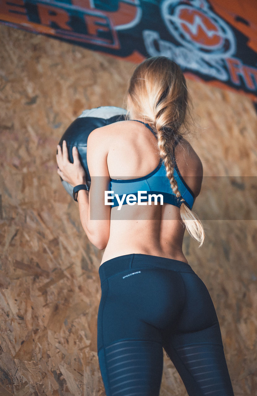 real people, lifestyles, leisure activity, rear view, one person, focus on foreground, young women, young adult, sports clothing, day, outdoors