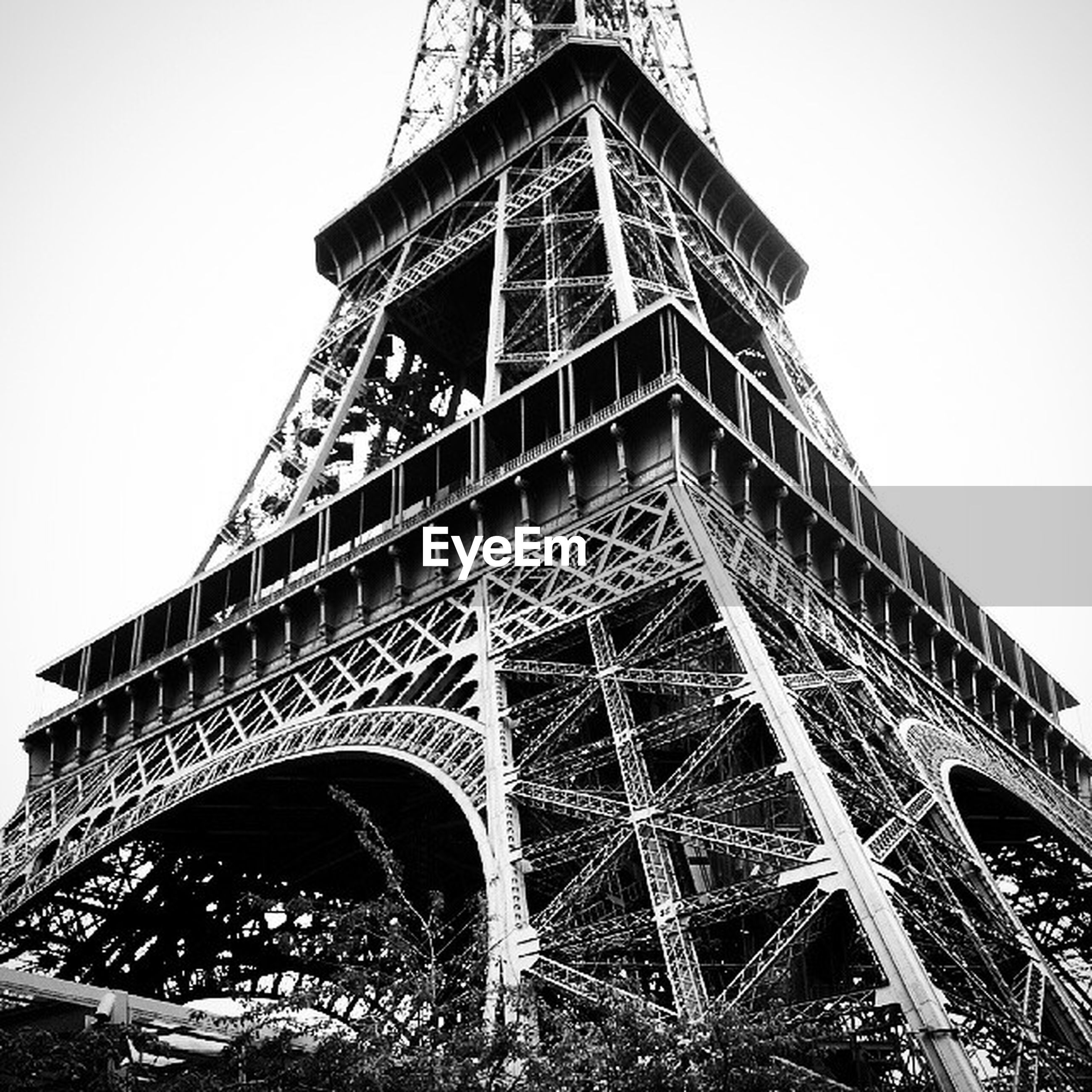 clear sky, low angle view, architecture, built structure, international landmark, famous place, eiffel tower, tower, travel destinations, tourism, capital cities, travel, tall - high, history, metal, culture, architectural feature, engineering, copy space, day