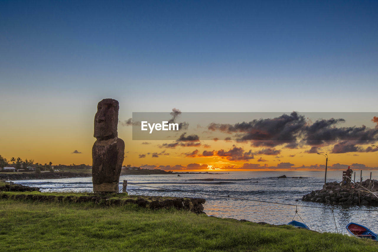 sky, sunset, water, nature, beauty in nature, scenics - nature, tranquility, orange color, land, sea, tranquil scene, no people, grass, copy space, beach, cloud - sky, plant, non-urban scene, outdoors, wooden post