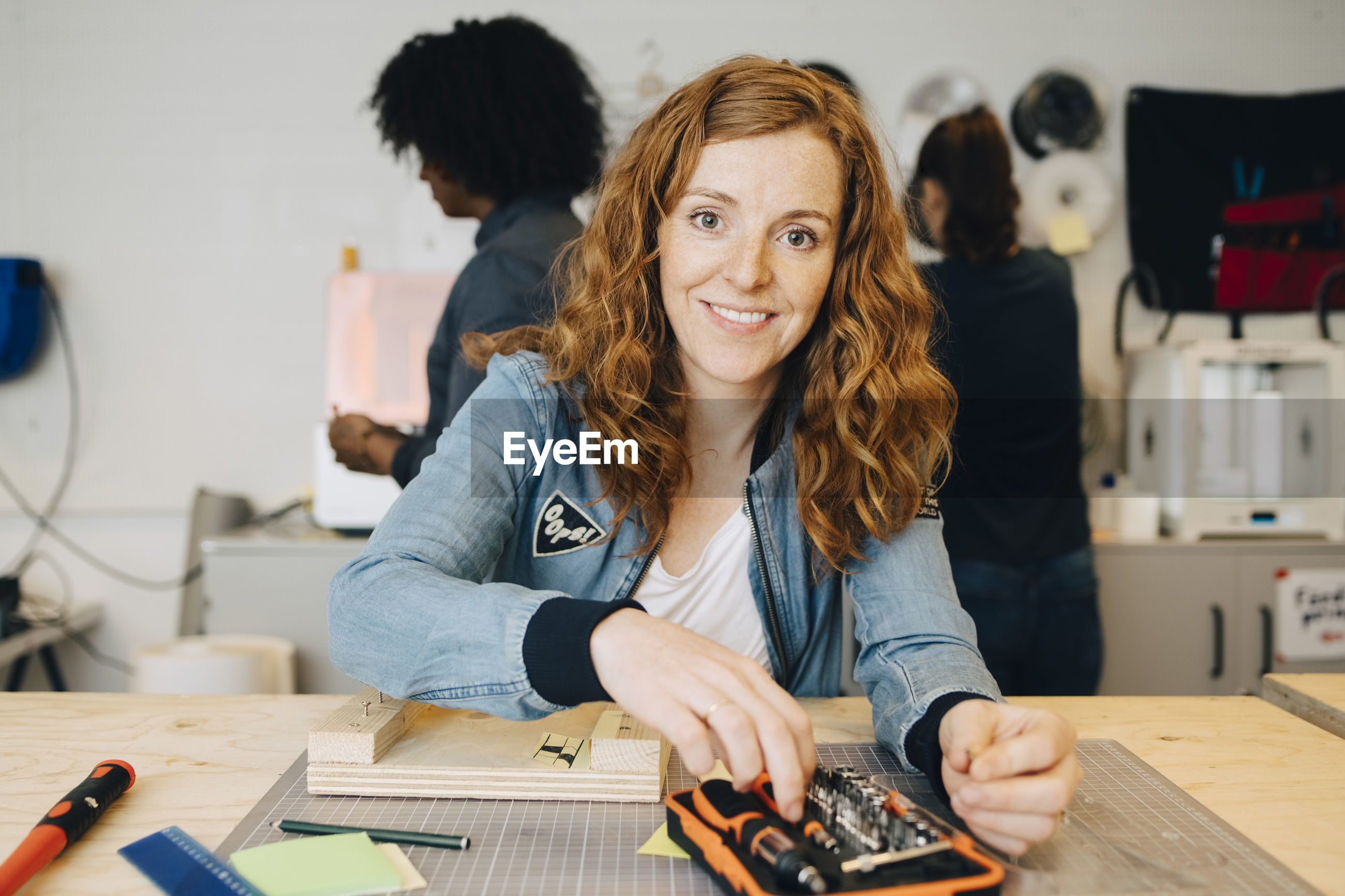 PORTRAIT OF A SMILING WOMAN WORKING