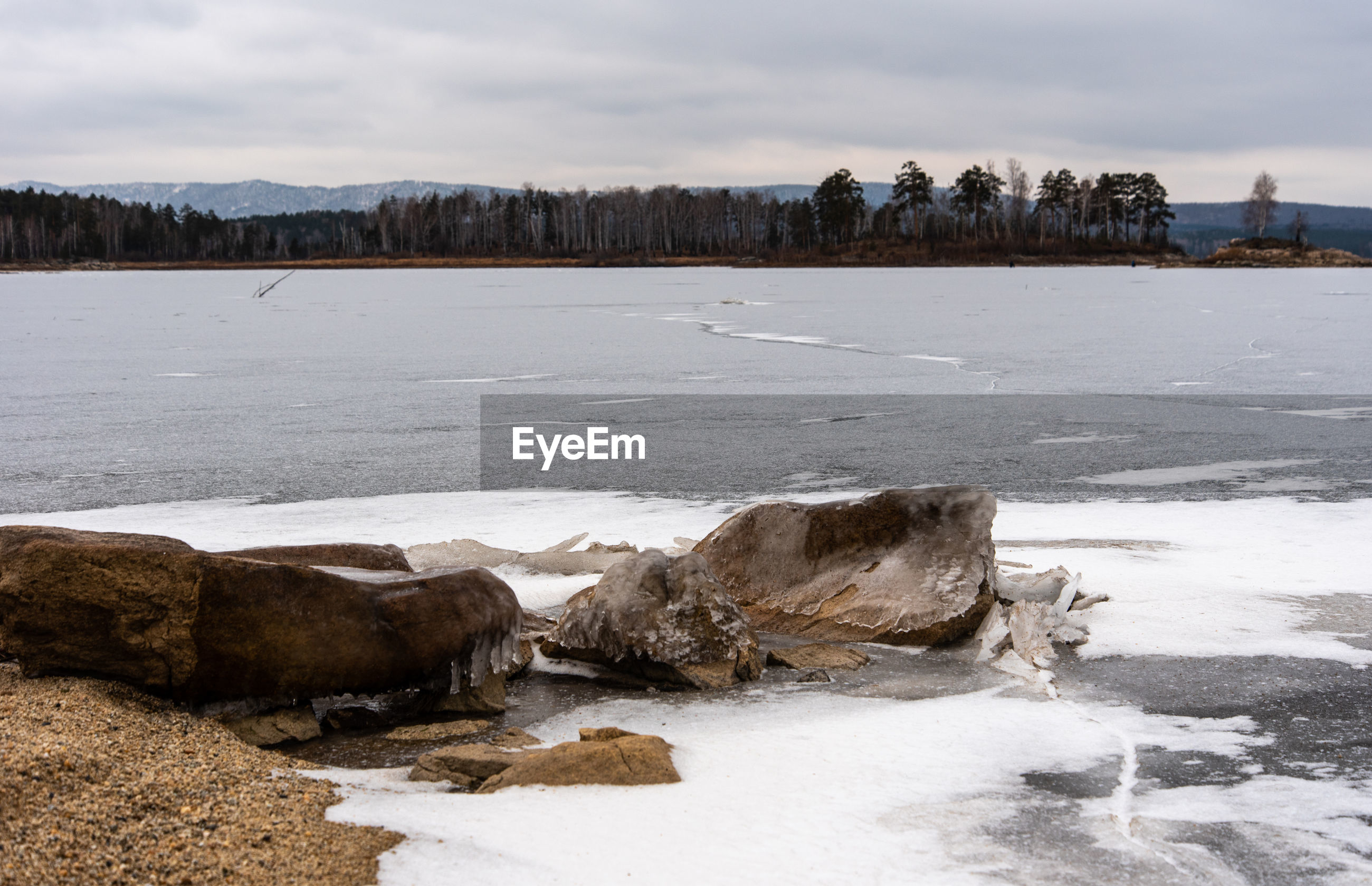 SCENIC VIEW OF FROZEN RIVER AGAINST SKY