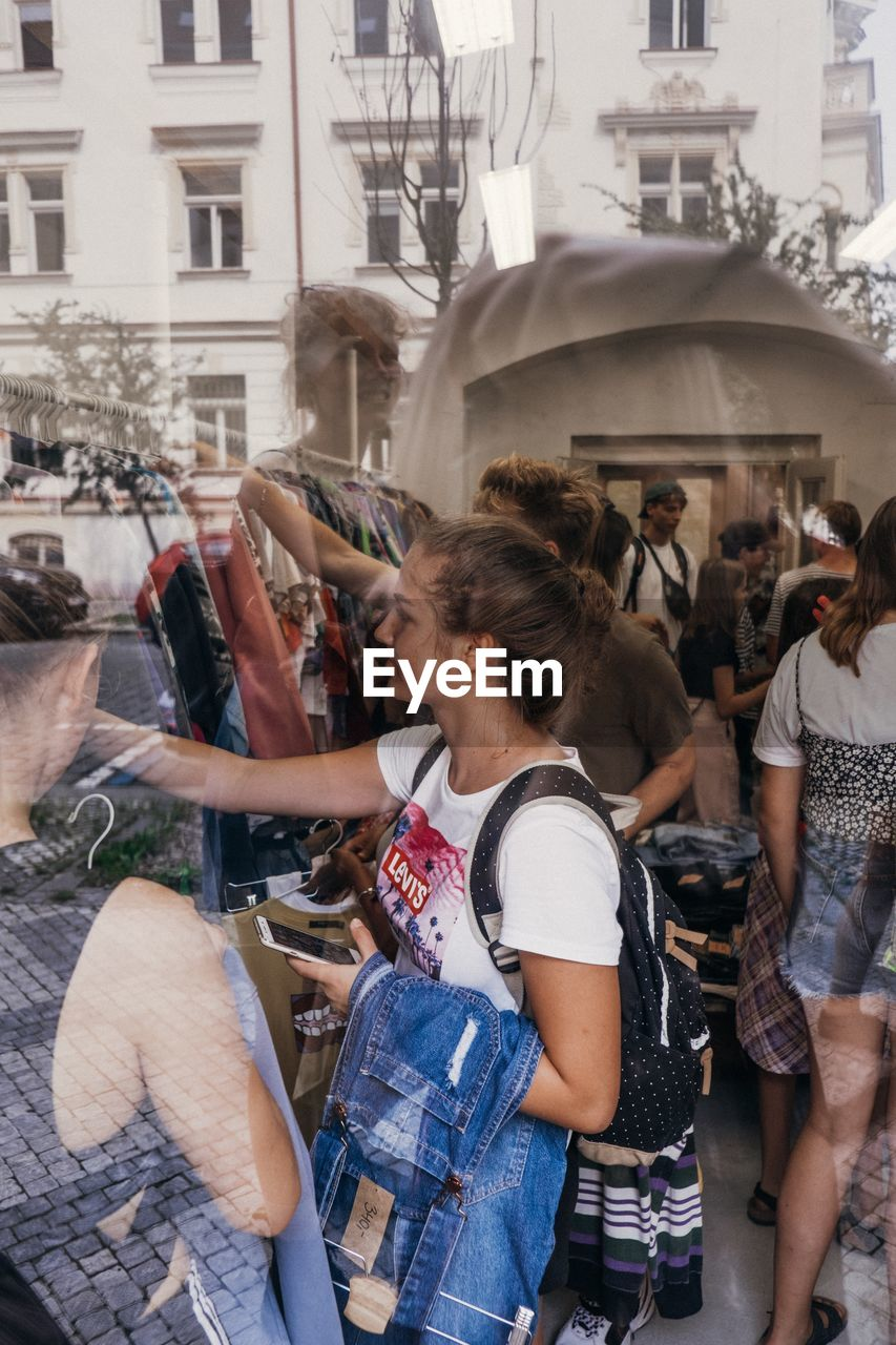 real people, women, city, lifestyles, architecture, building exterior, group of people, adult, large group of people, built structure, leisure activity, young women, street, crowd, casual clothing, young adult, city life, incidental people, three quarter length, outdoors, hairstyle