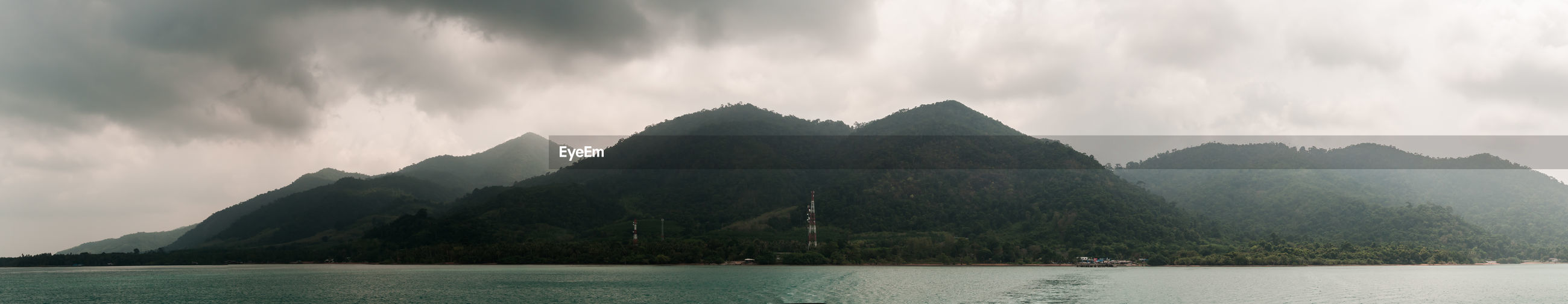 PANORAMIC VIEW OF SEA AGAINST MOUNTAINS
