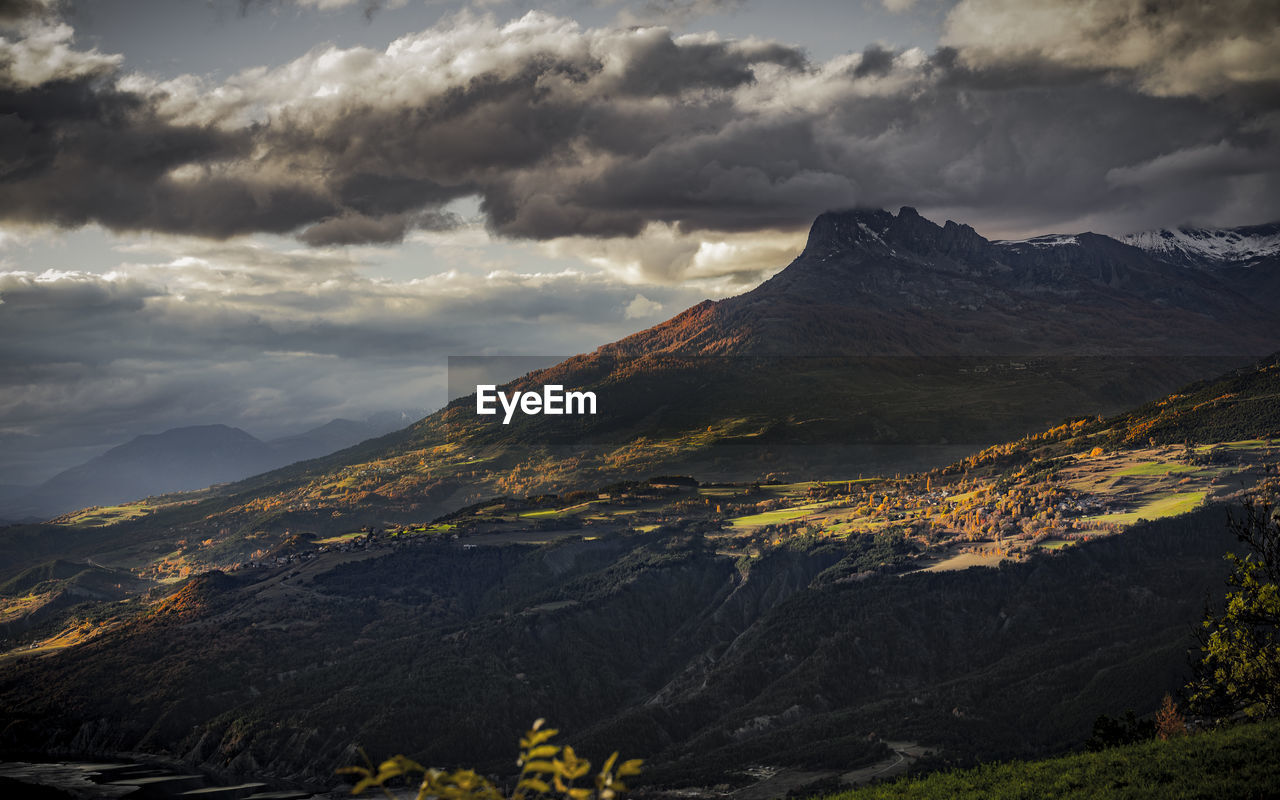 Couleurs d'automne sur les aiguilles de chabrieres, hautes alpes, france
