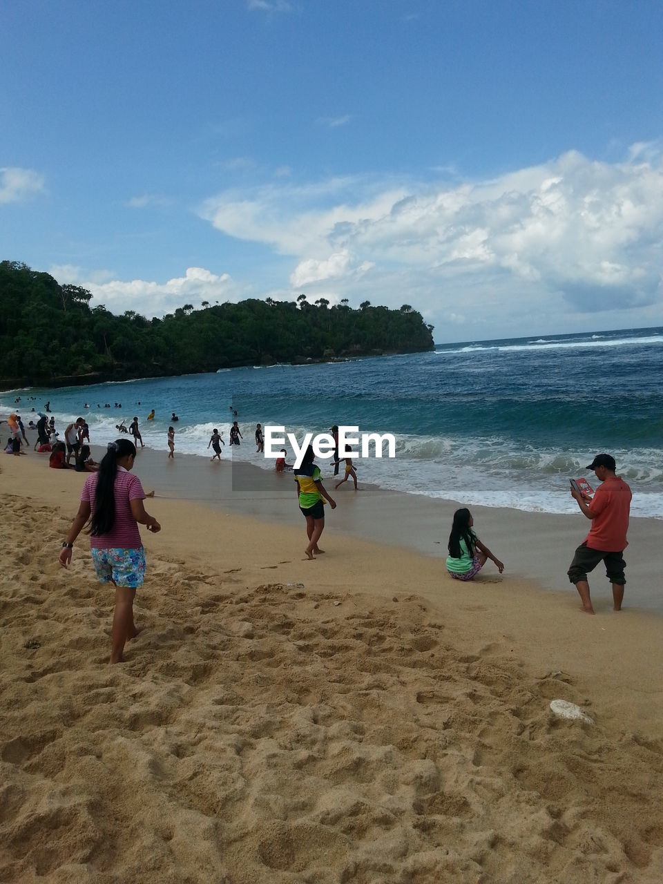 beach, land, water, sea, sky, sand, leisure activity, lifestyles, group of people, real people, trip, vacations, women, cloud - sky, men, holiday, nature, day, crowd, horizon over water, outdoors